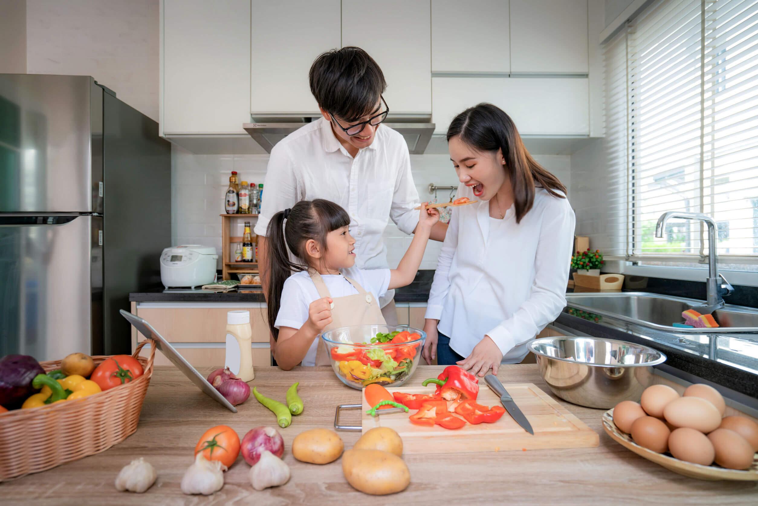 Familia cocinando unida y pensando en las cosas que se aprenden de los hijos.