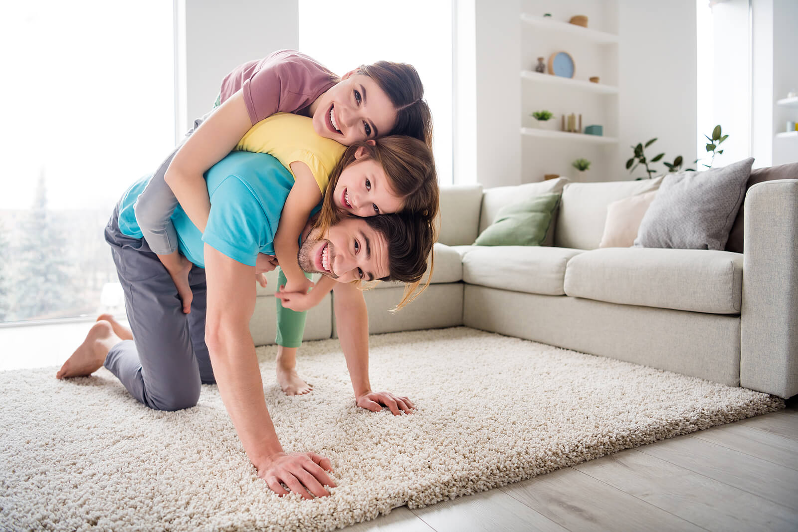 Familia en el salón de casa pensando en ideas para aumentar la actividad física de los niños en casa