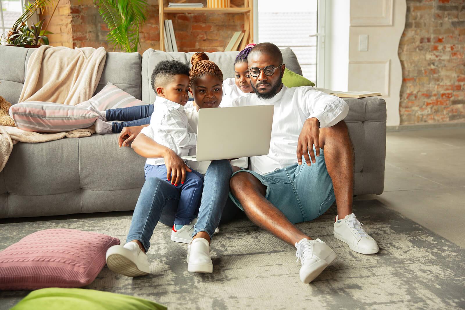Familia creando intimidad emocional con sus hijos.