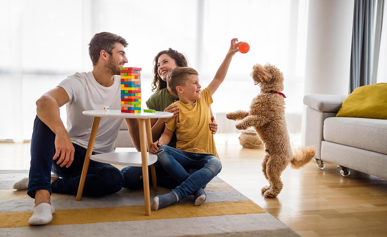 Familia pasando una tarde de juegos en casa.