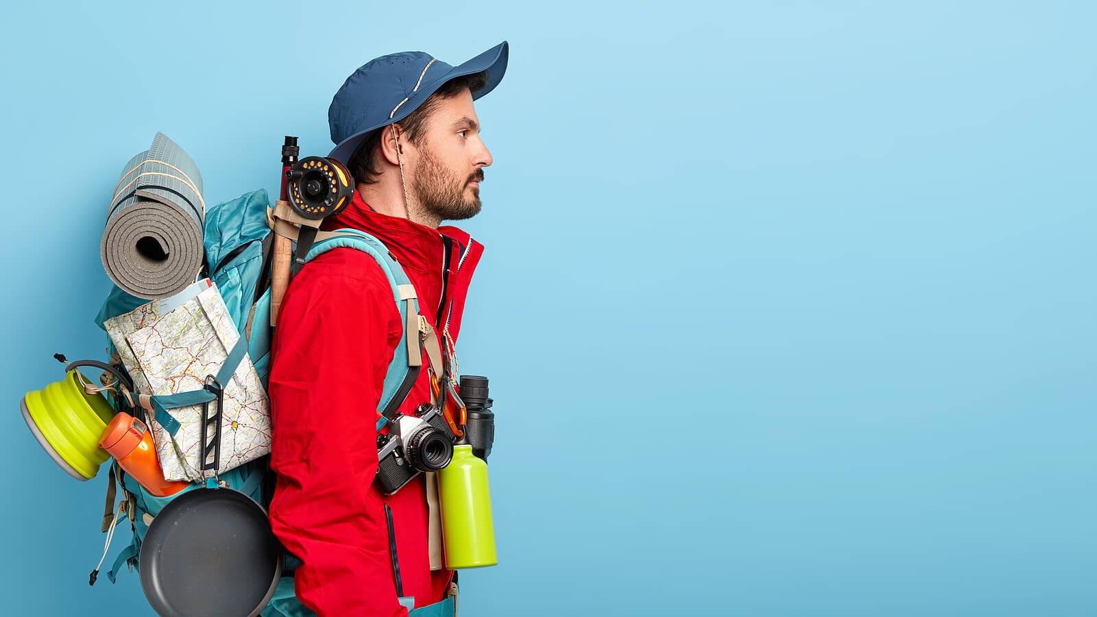Chico que sabe bien cómo preparar la mochila para ir de excursión.