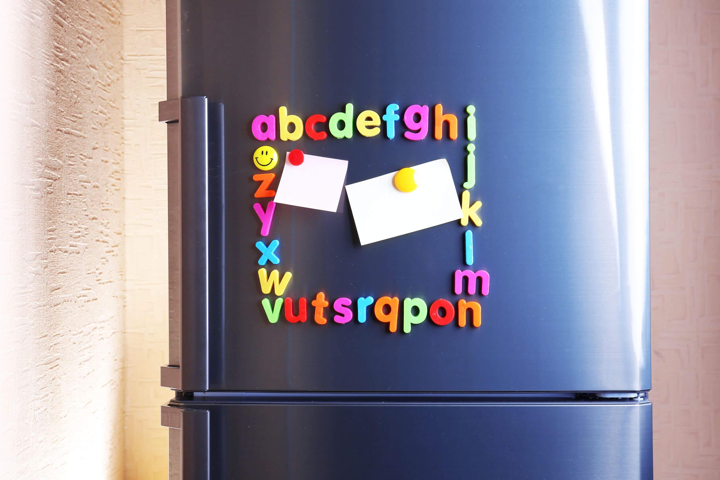Letras con imanes pegadas en la nevera para aprender el abecedario.