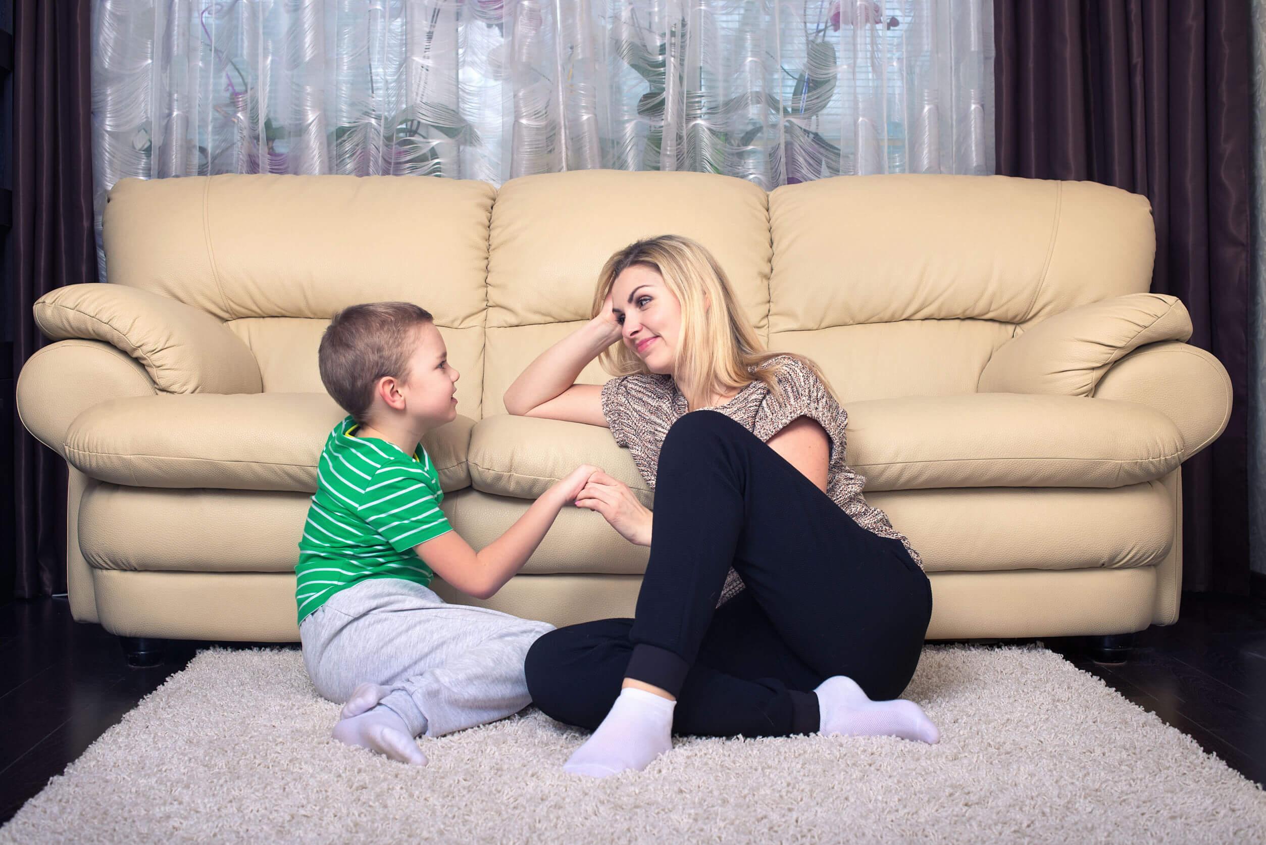 Mère écoutant son fils avec empathie.