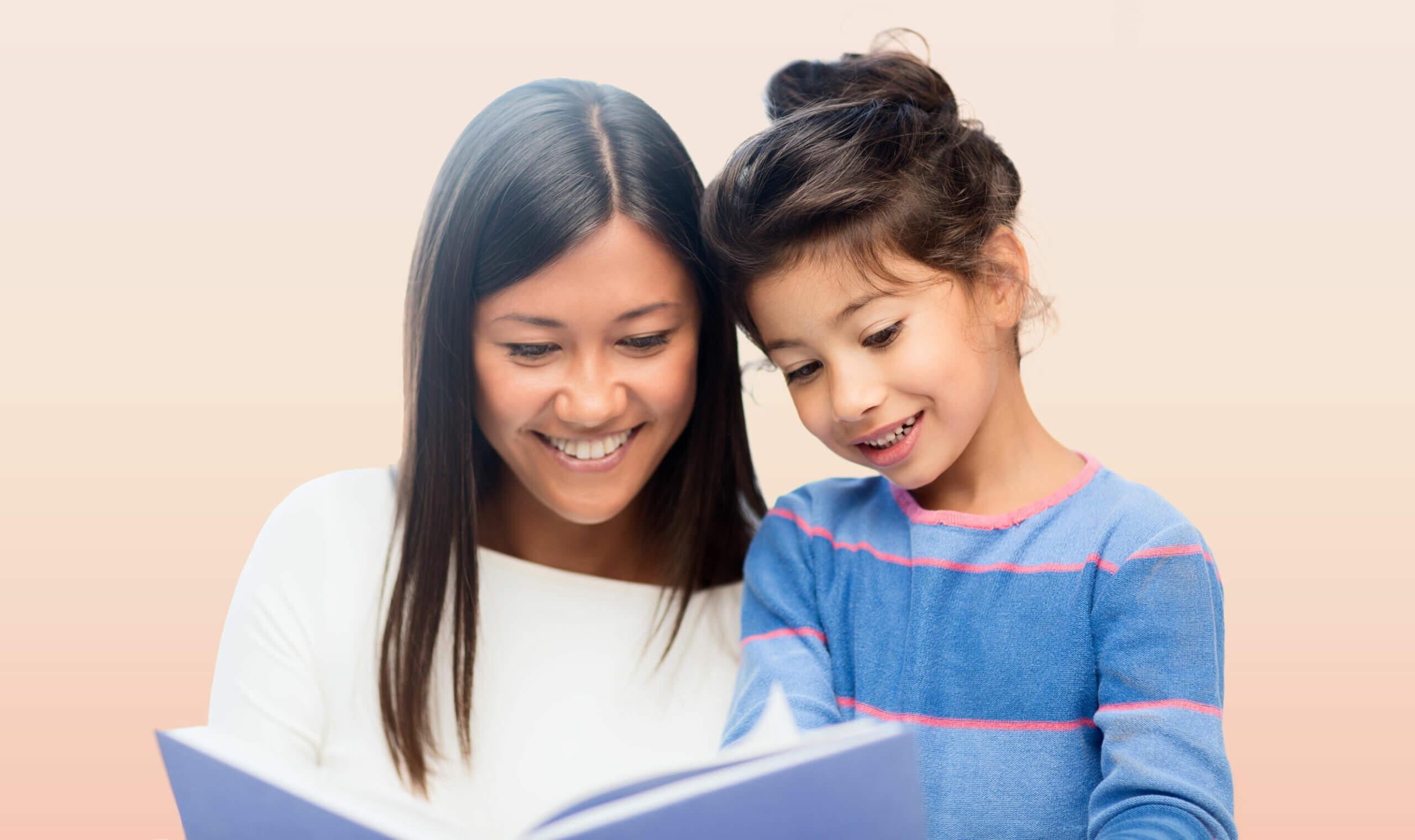 Mamá leyéndole uno de los cuentos que hablan de la menstruación a su hija.