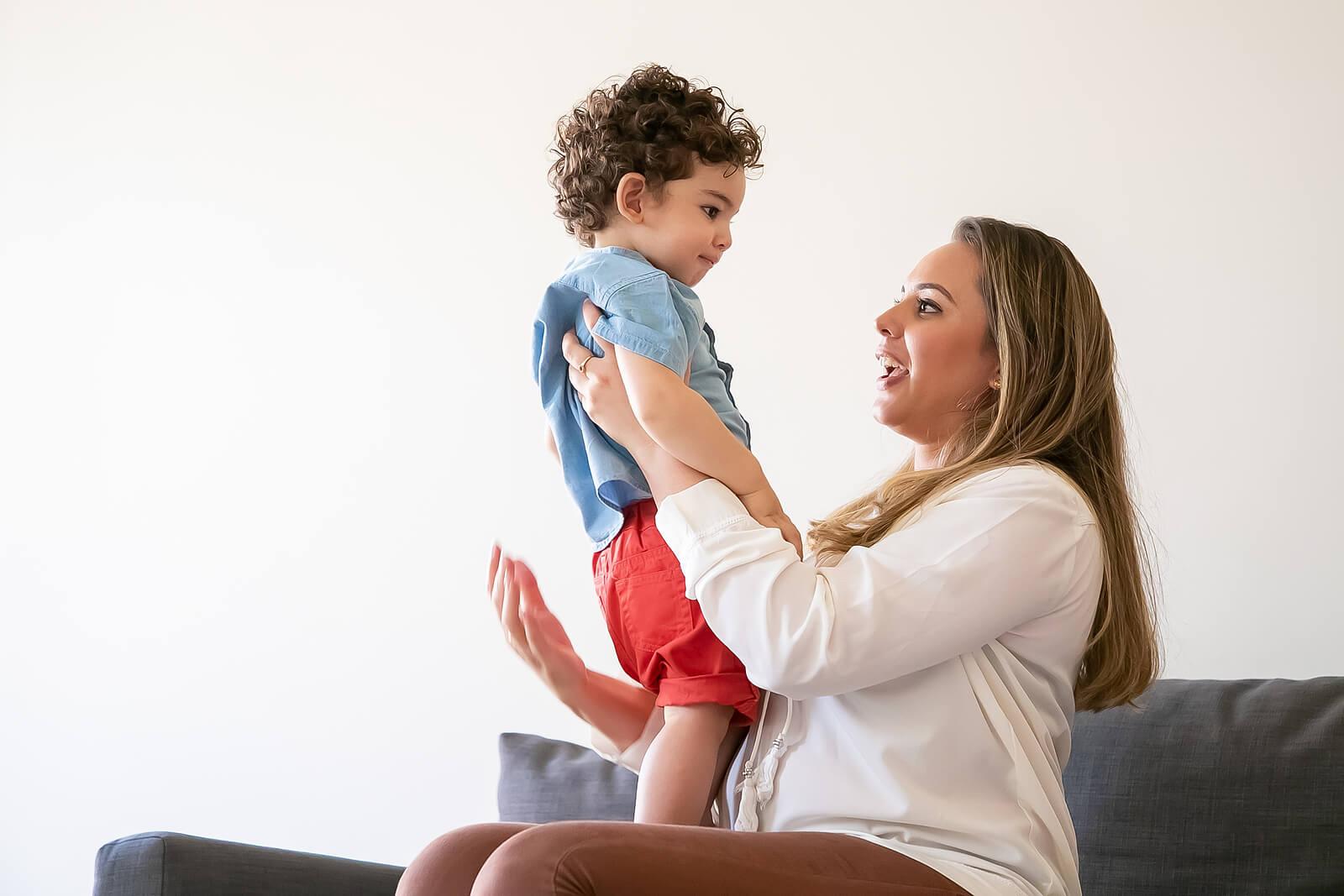 Madre aprendiendo a usar con su hijo la escucha empática.