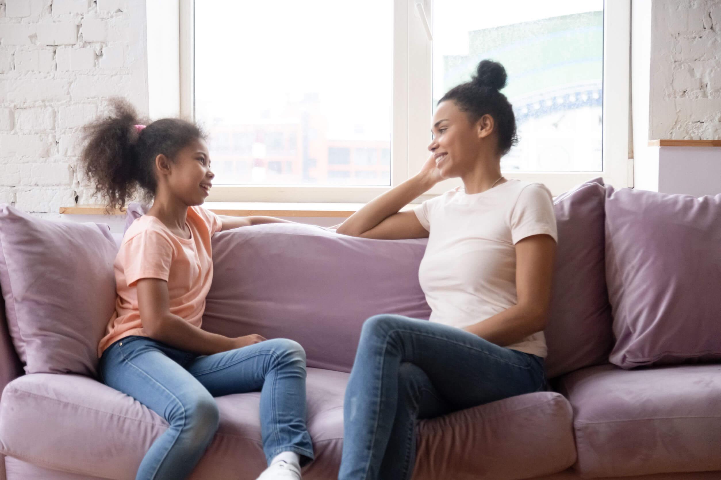 Madre hablando sinceramente con su hija porque sabe que no hay que mentir a los niños.