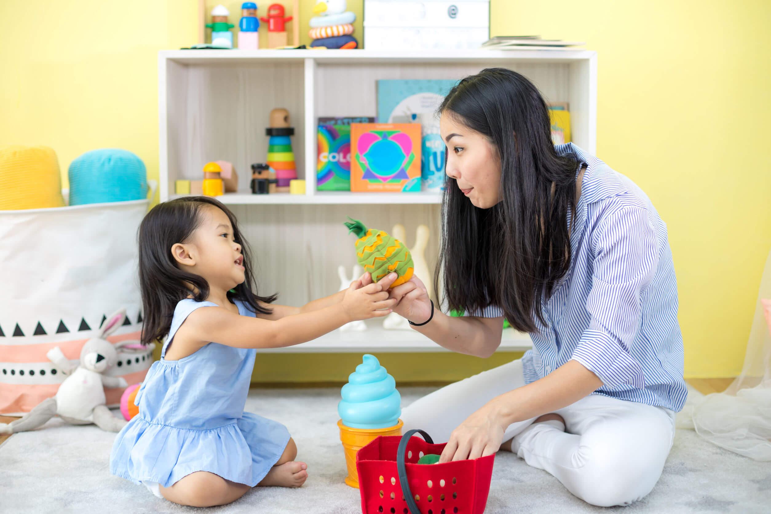 Madre jugando con su hija para su estimular el lenguaje en casa.