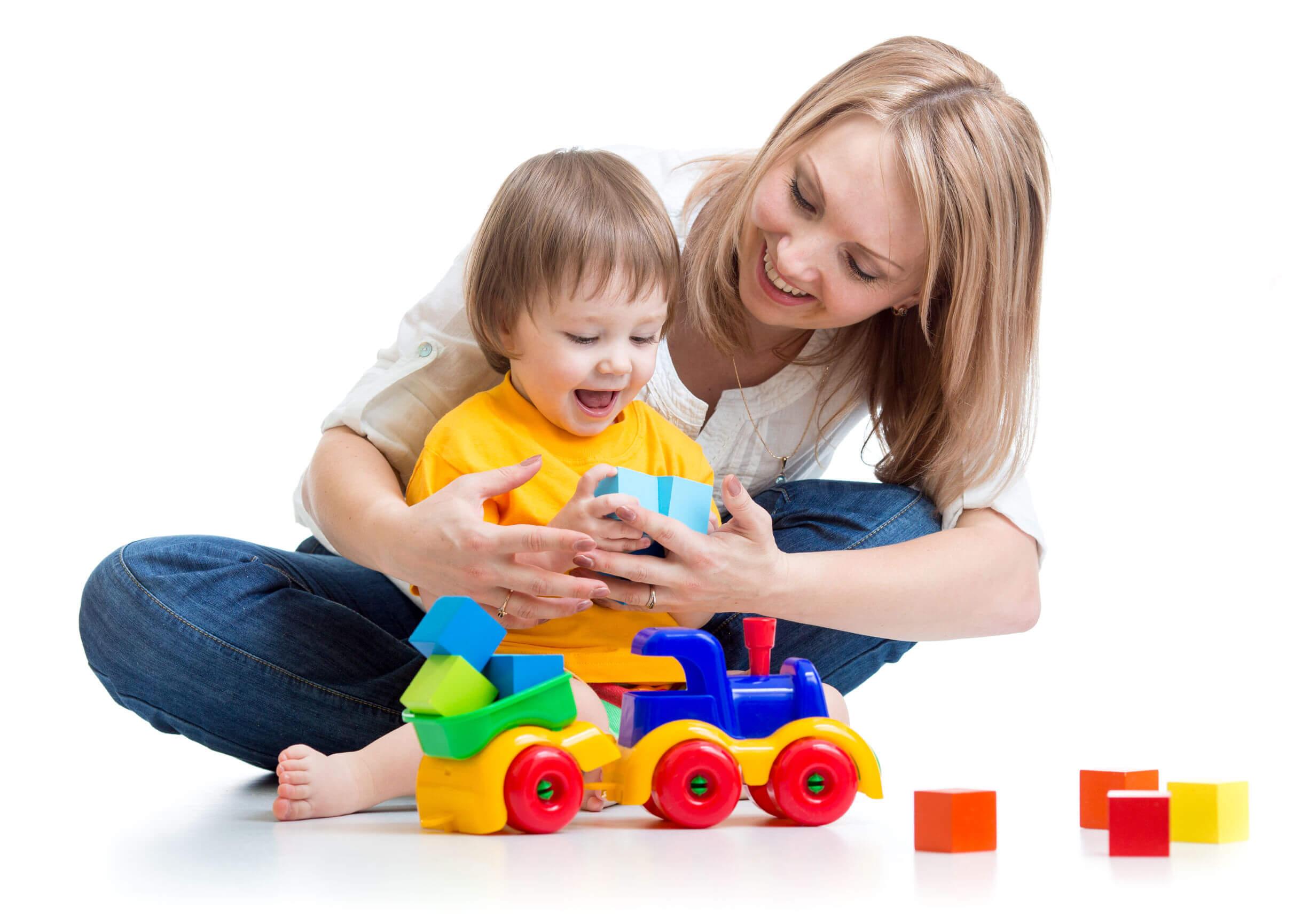 Madre practicando la estimulación en casa con su hijo mediante el juego.