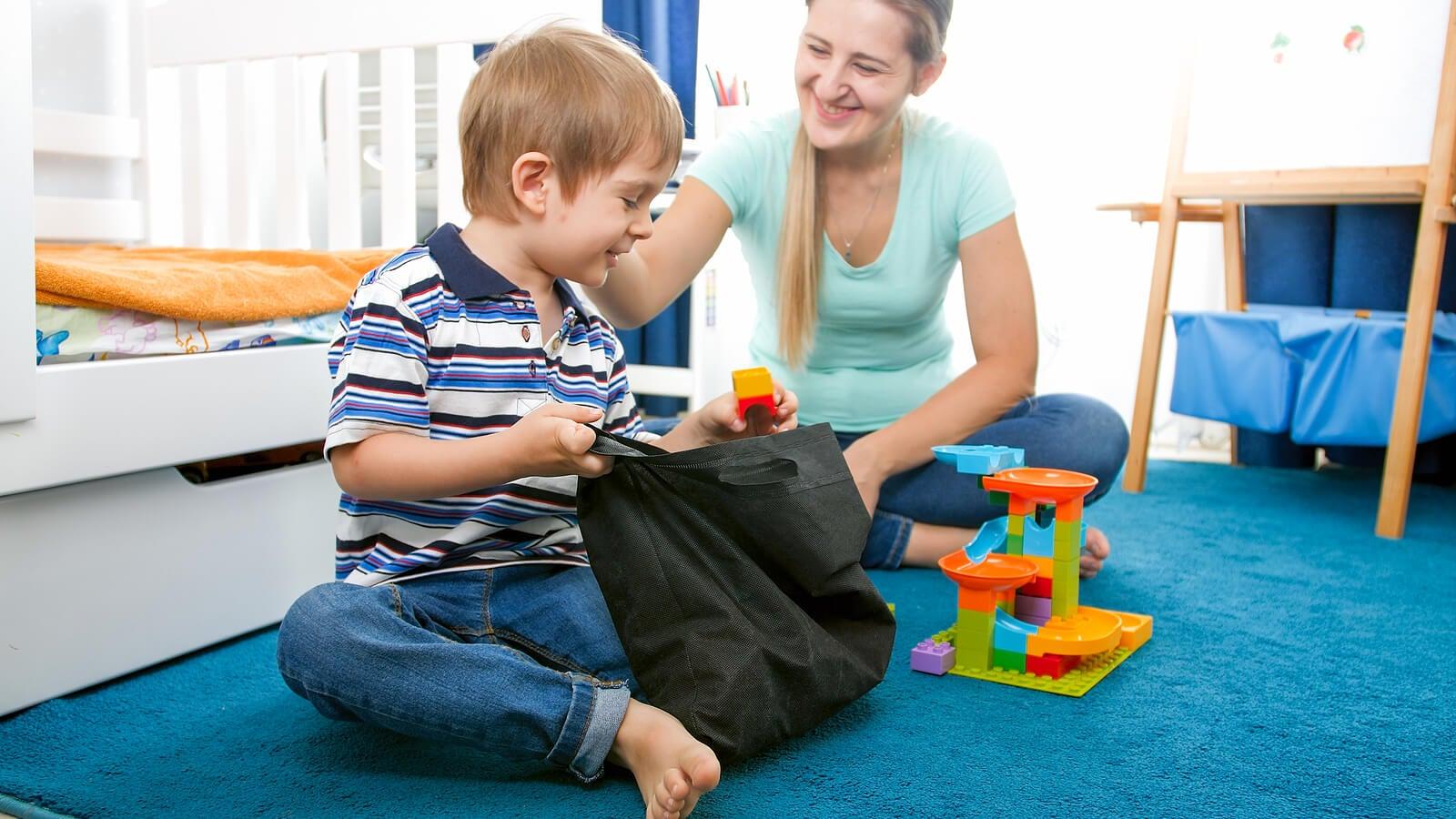 Madre e hijo ordenando los juguetes según el método Marie Kondo.