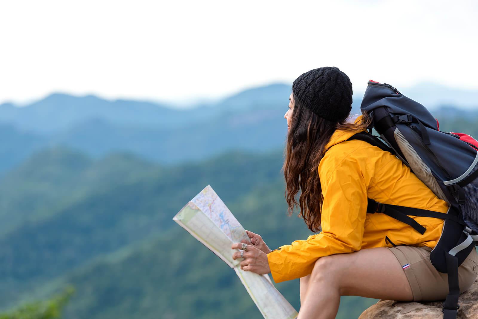 Chica de excursión en la montaña.