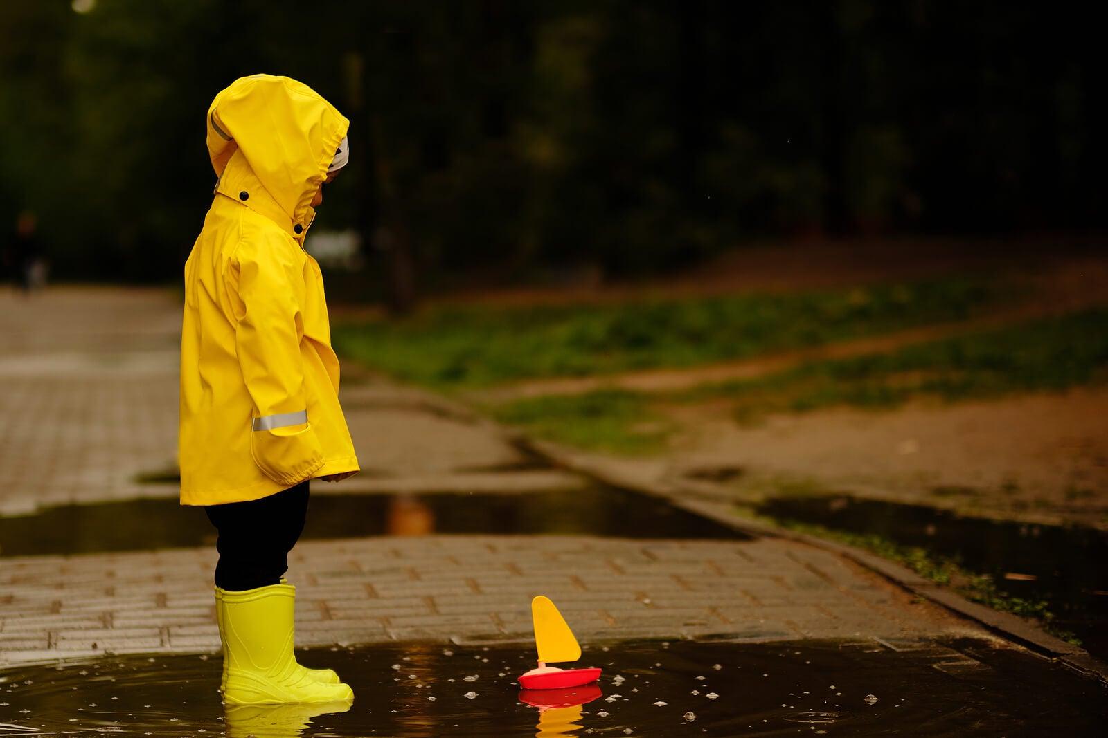 Niños que se sienten solos jugando bajo la lluvia.