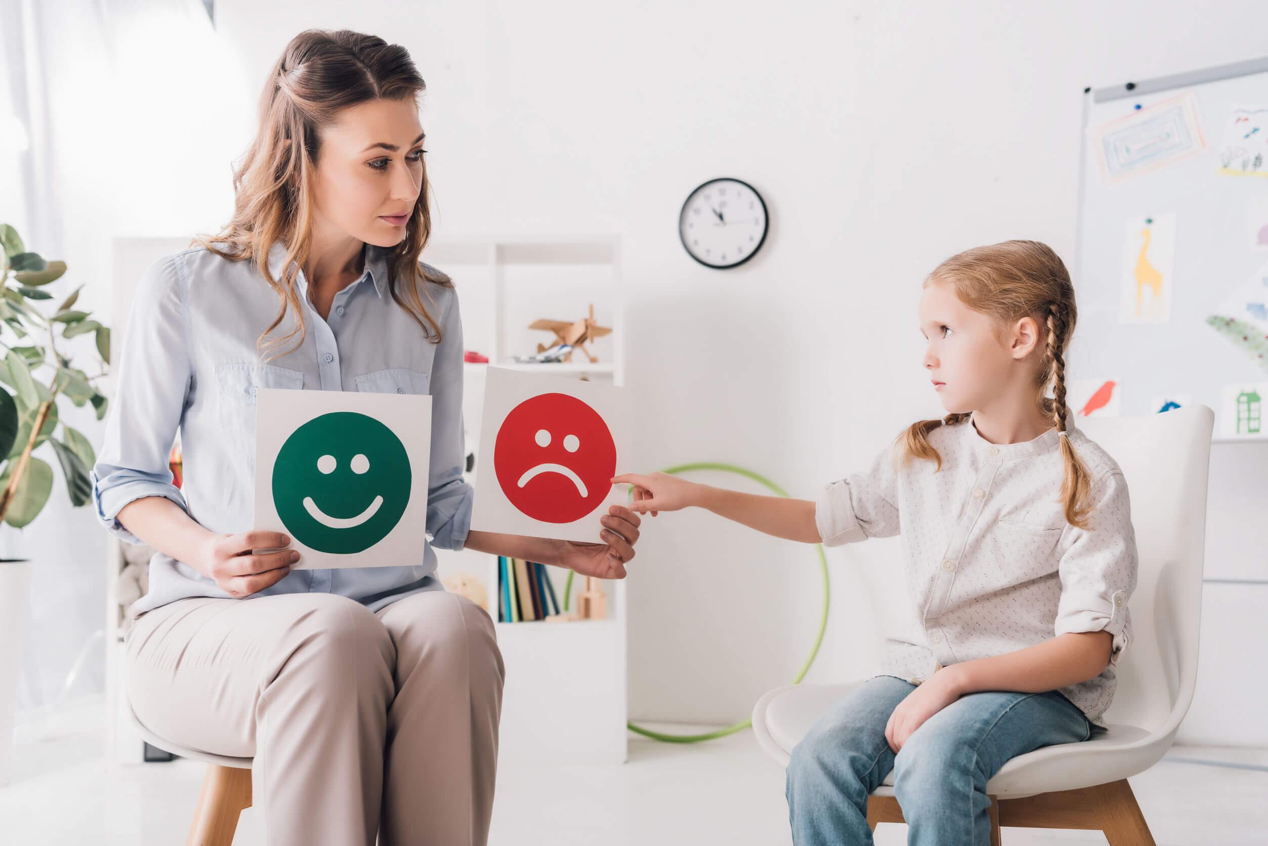 Terapeuta practicando algunos juegos psicológicos para niños en consulta.