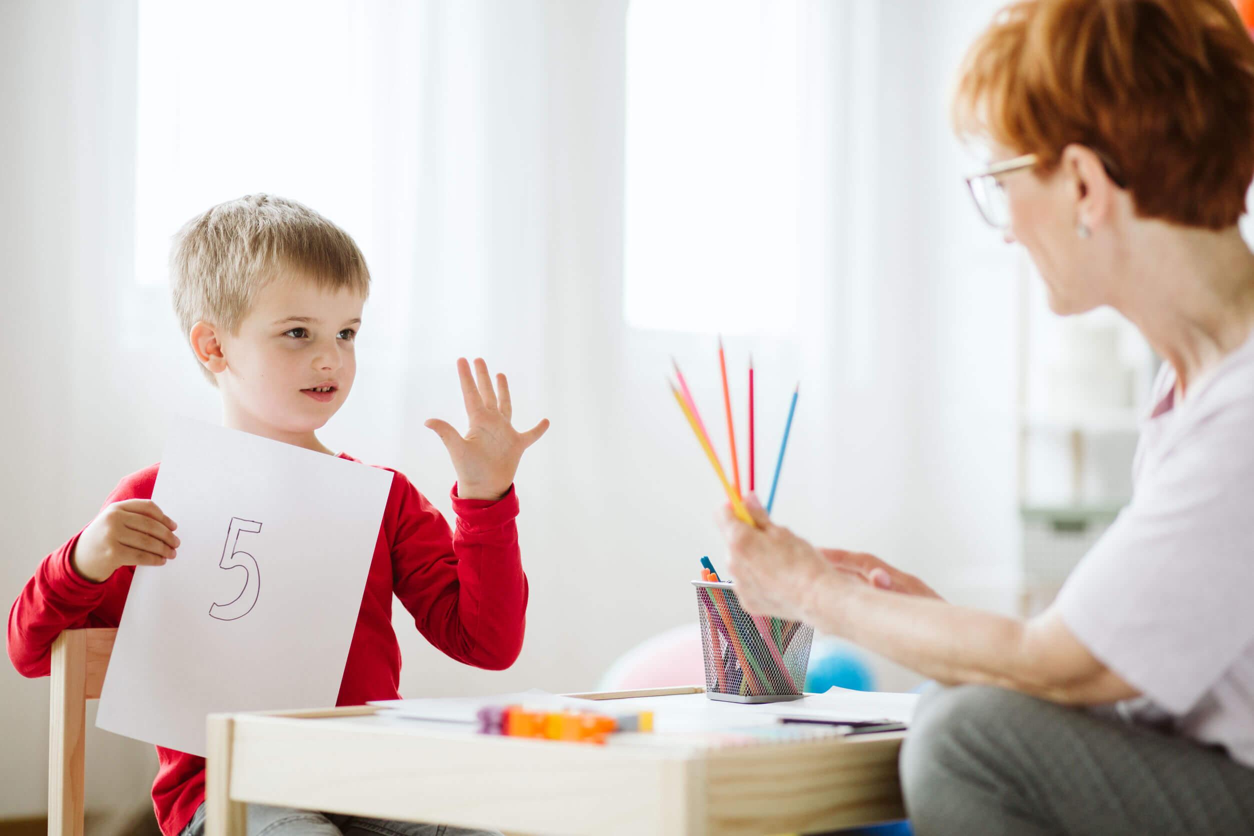 Niño con su profesora de apoyo.