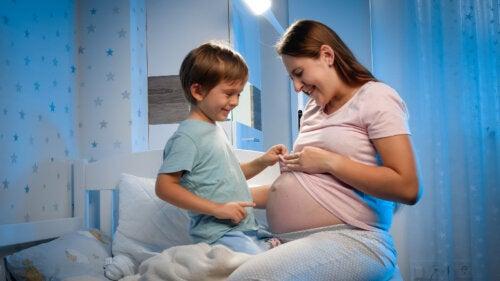 Formas originales de decirle a tu hijo que va a tener un hermanito