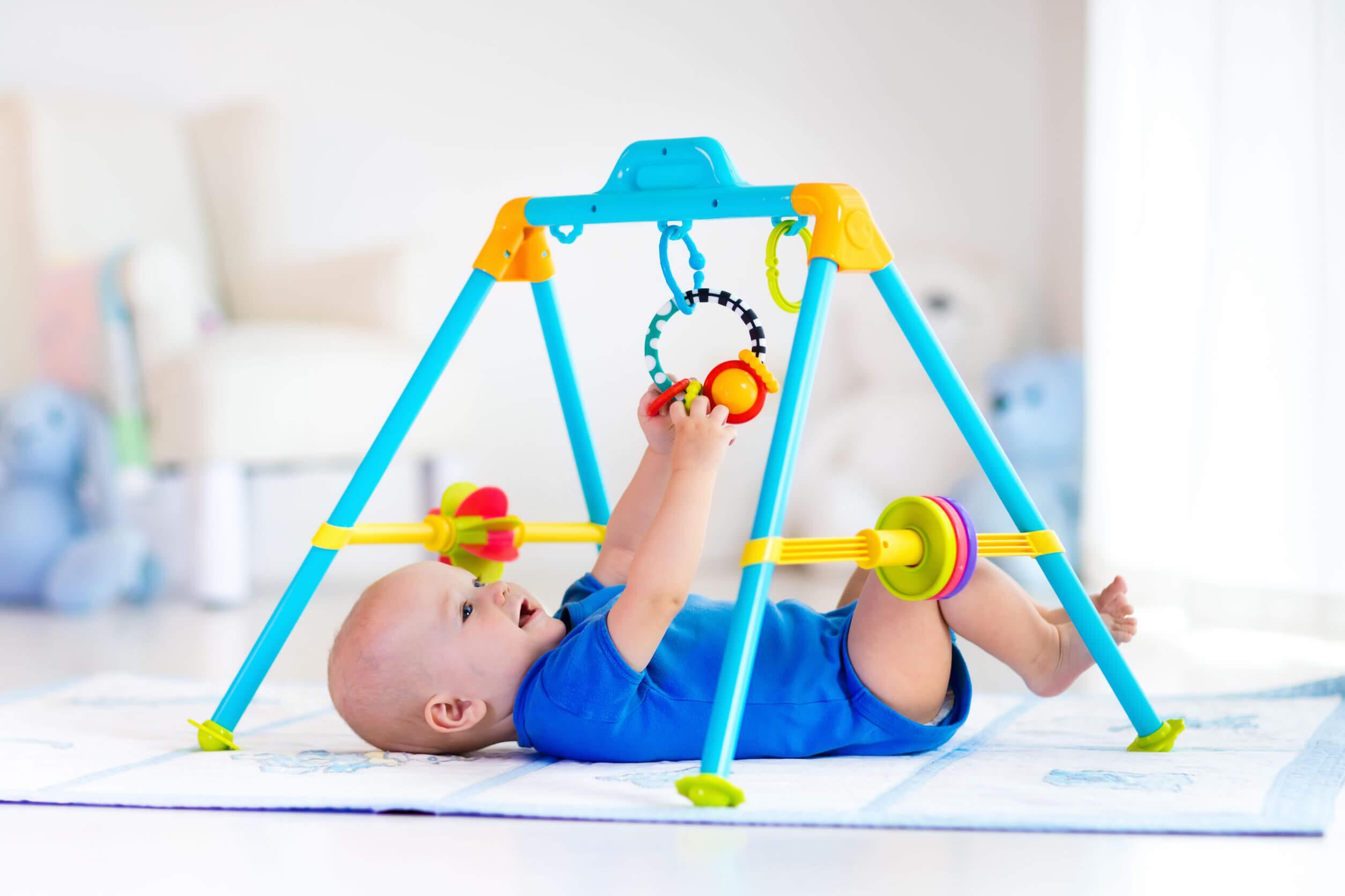 Bebé haciendo ejercicio en su gimnasio de estimulación temprana.