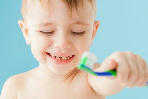 Mi hijo tiene un diente negro: ¿por qué y qué puedo hacer?