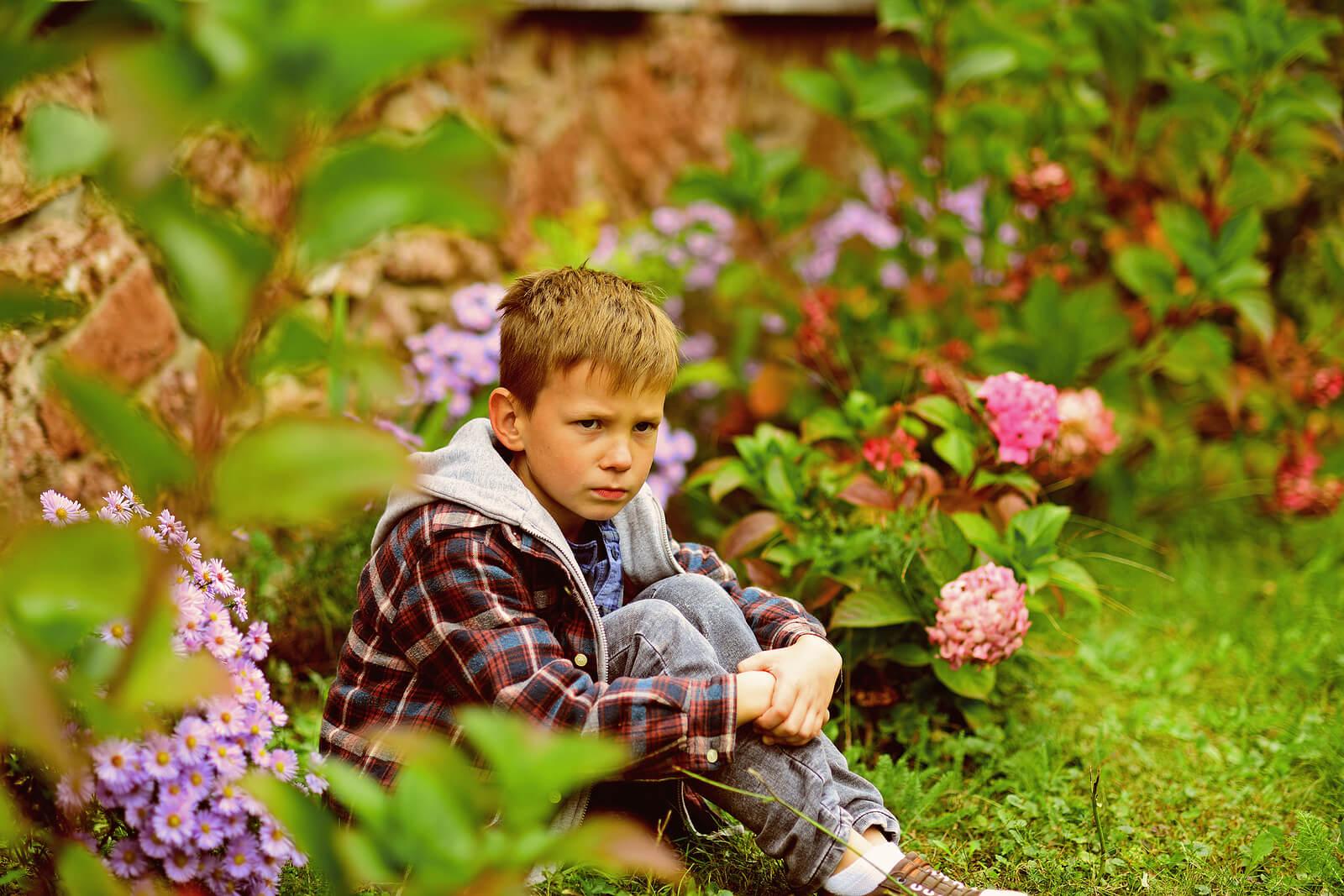 Niño enfadado porque sus padres intentan evitar que insulte.