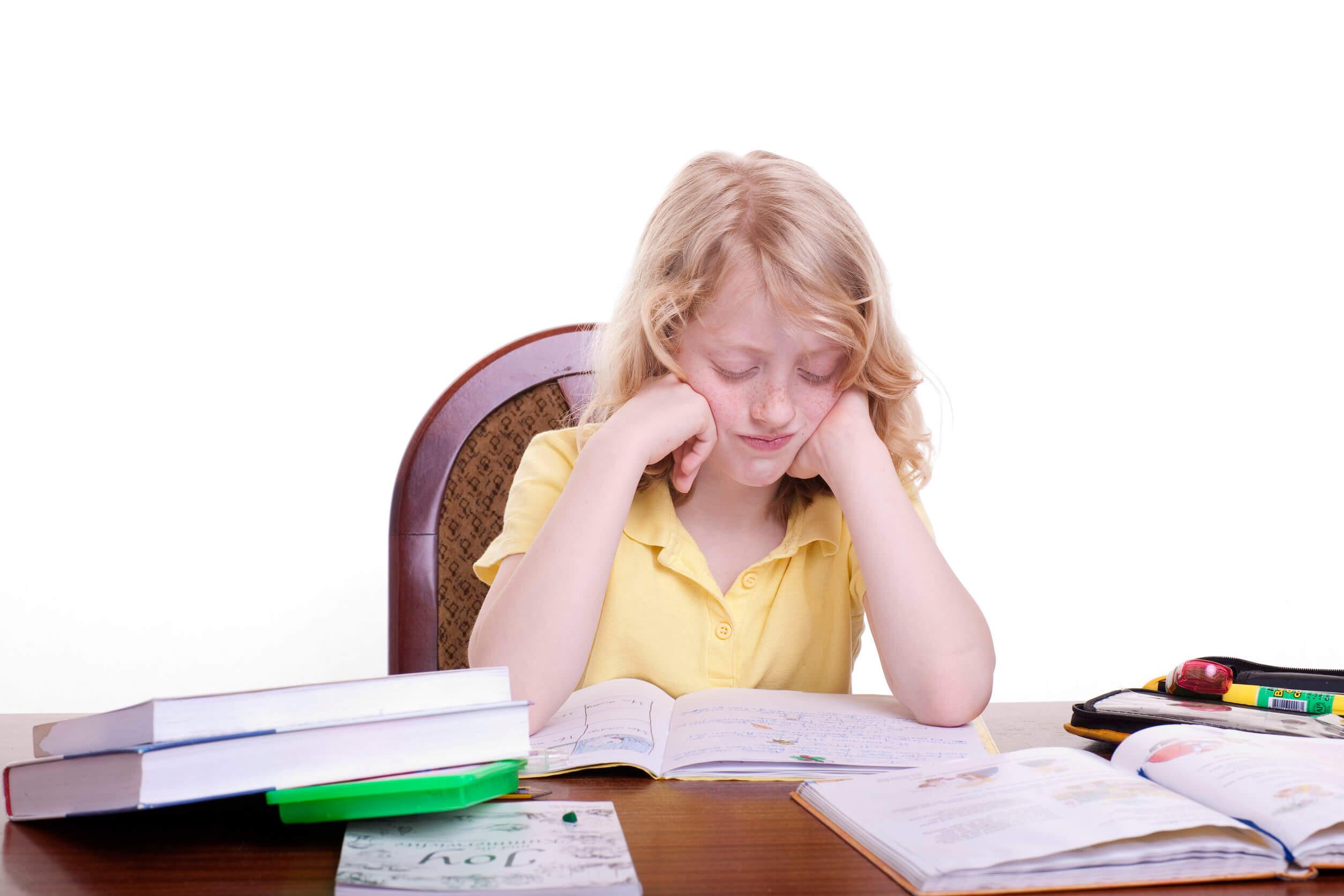 Niño estudiando para evitar el fracaso escolar.