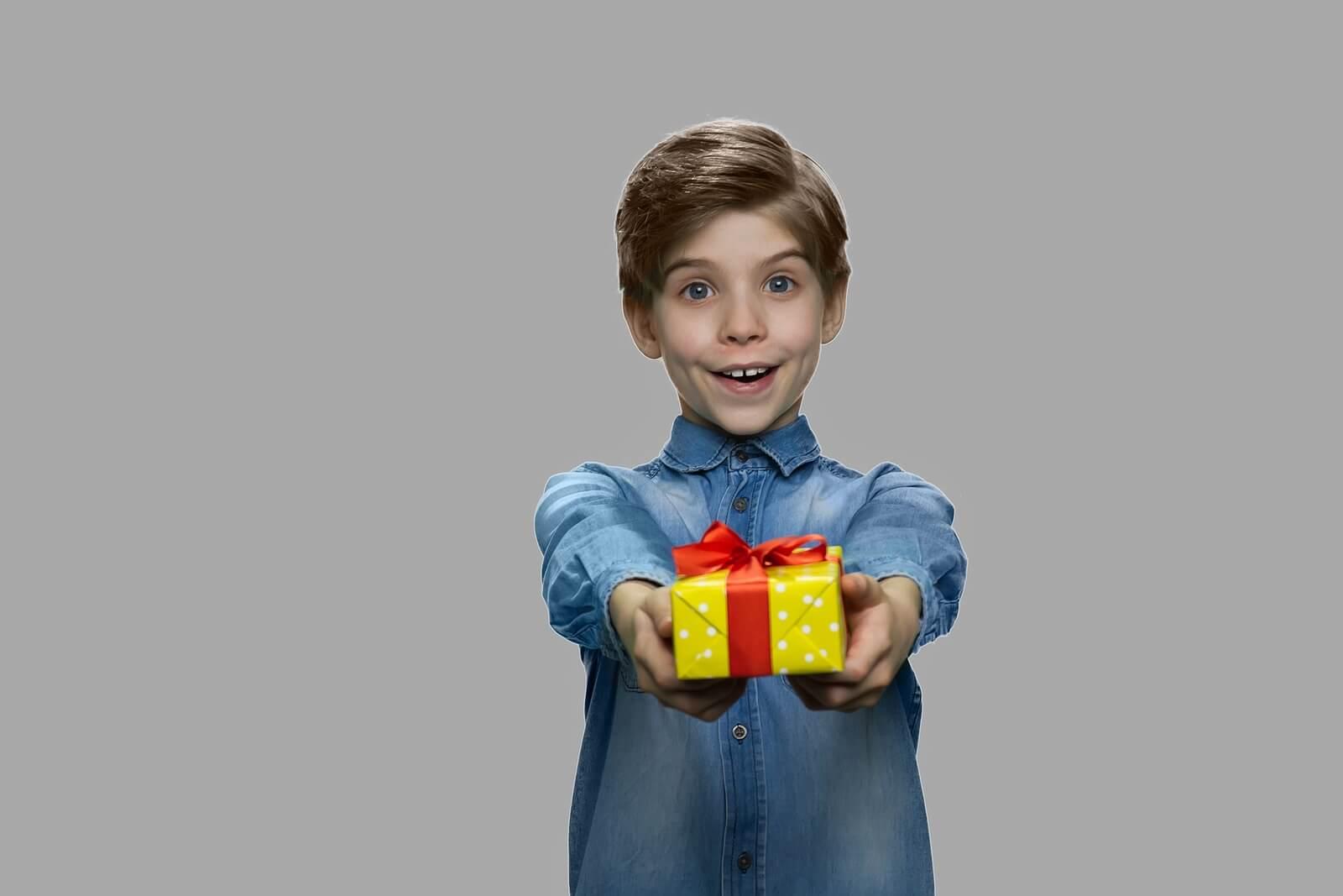 Niño haciendo regalos solidarios a sus familiares.