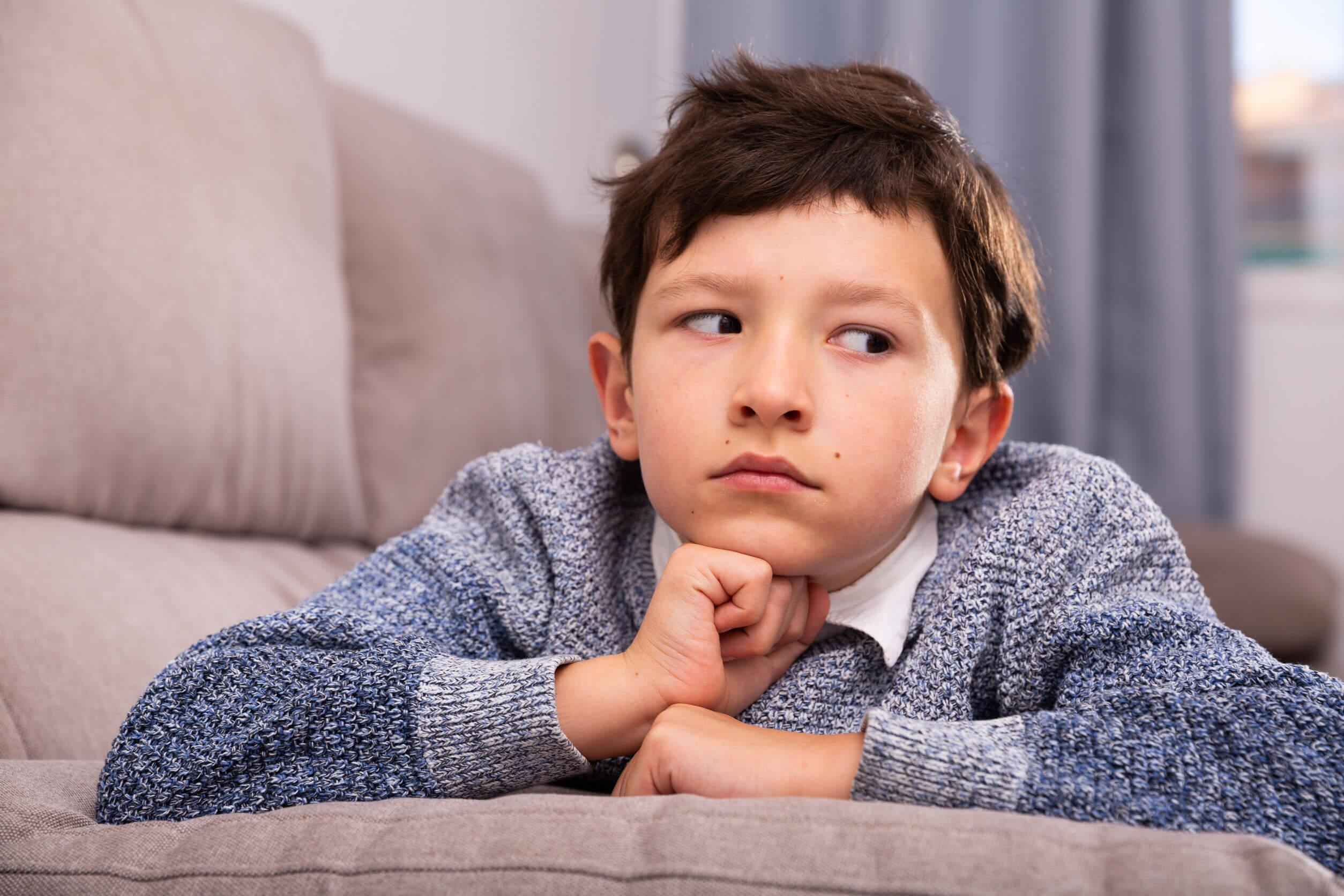 Niño triste debido a su negatividad.