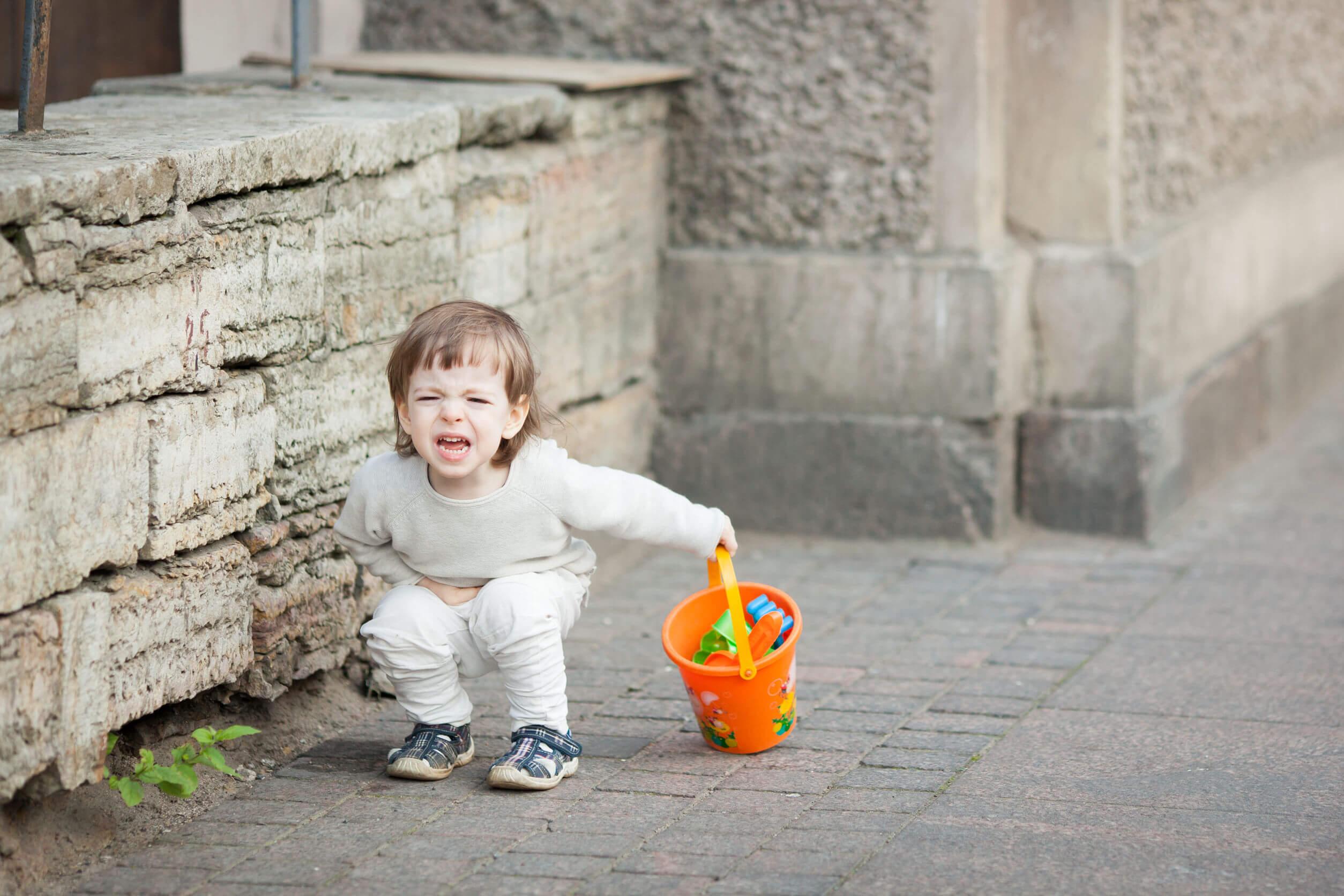 Niño teniendo una rabieta en la calle.