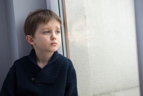Niños que se sienten solos: ¿cómo actuar?