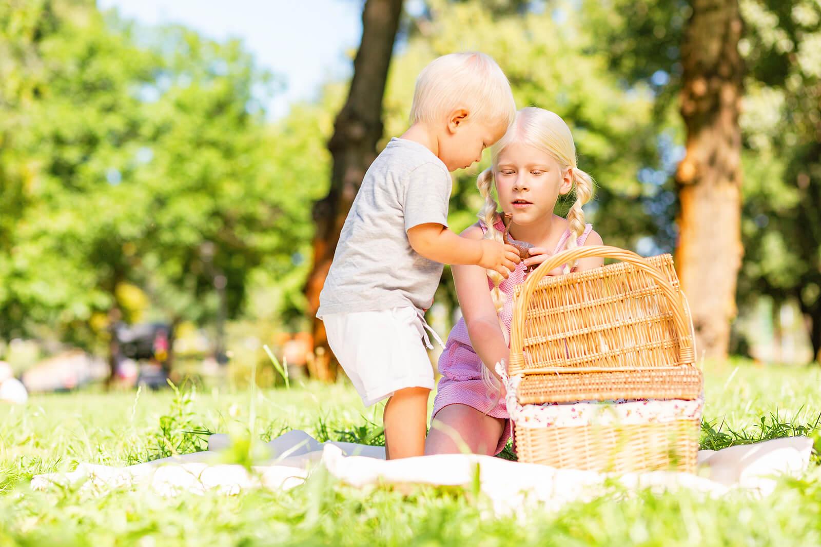Niños jugando con el cesto de los tesoros de Montessori.