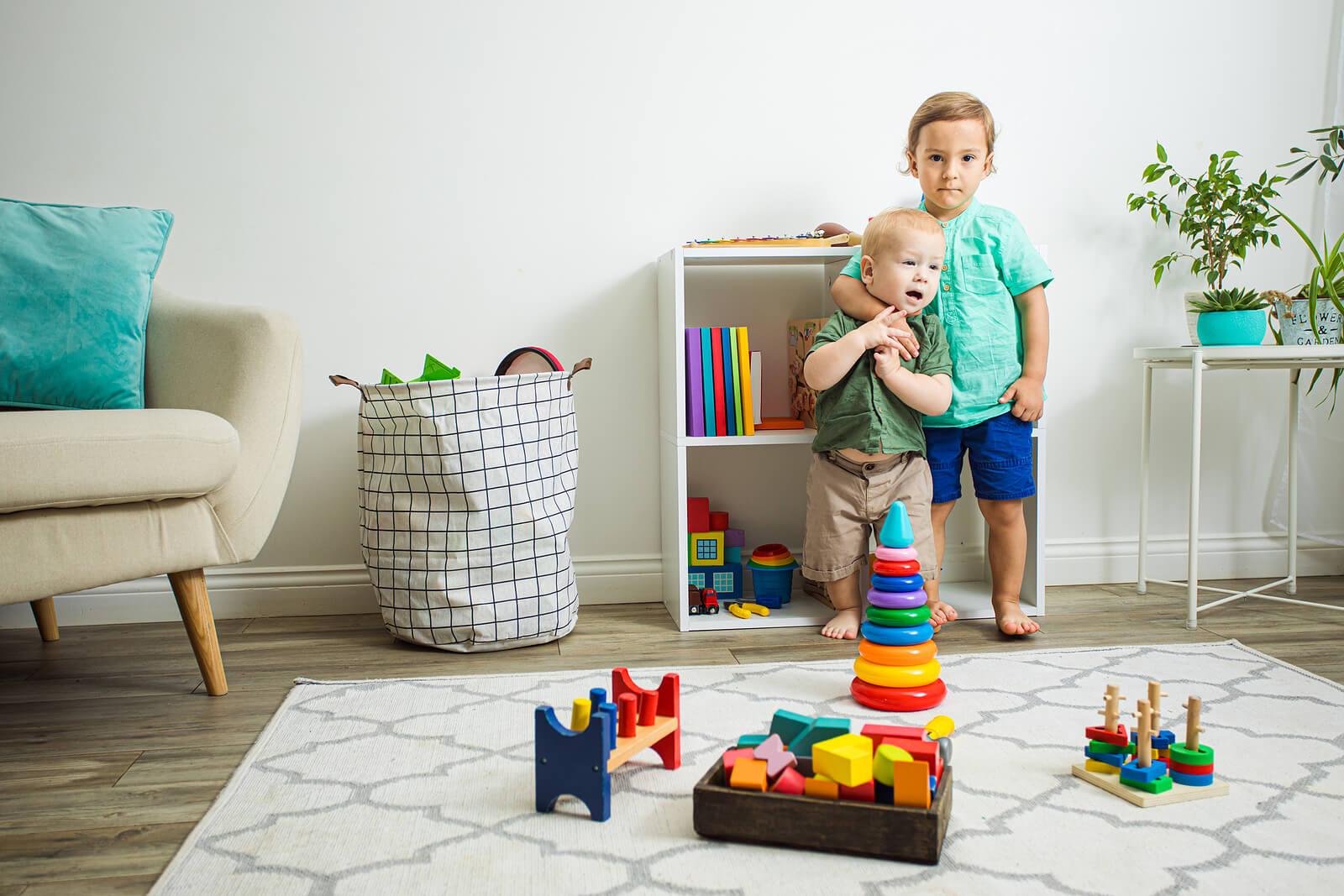Niño haciéndose responsable de su hermano pequeño.