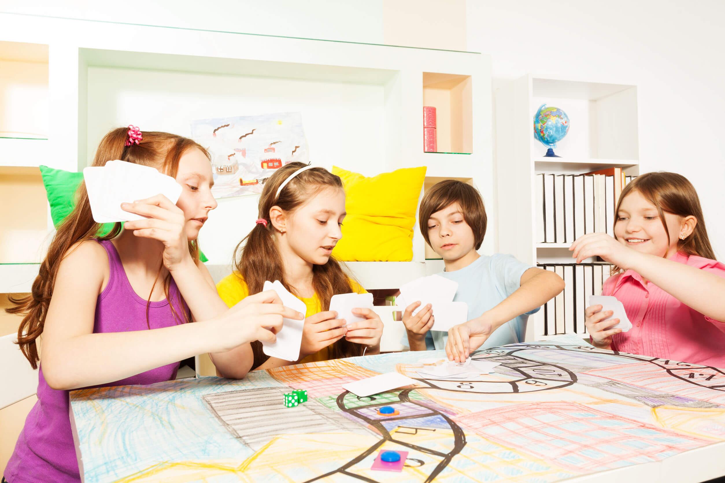 Niños jugando a juegos cooperativos.