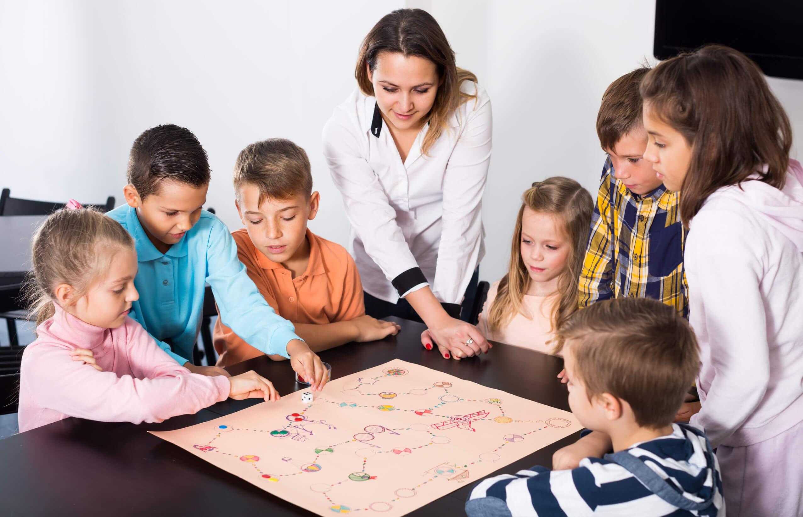 Niños jugando en clase a juegos cooperativos.
