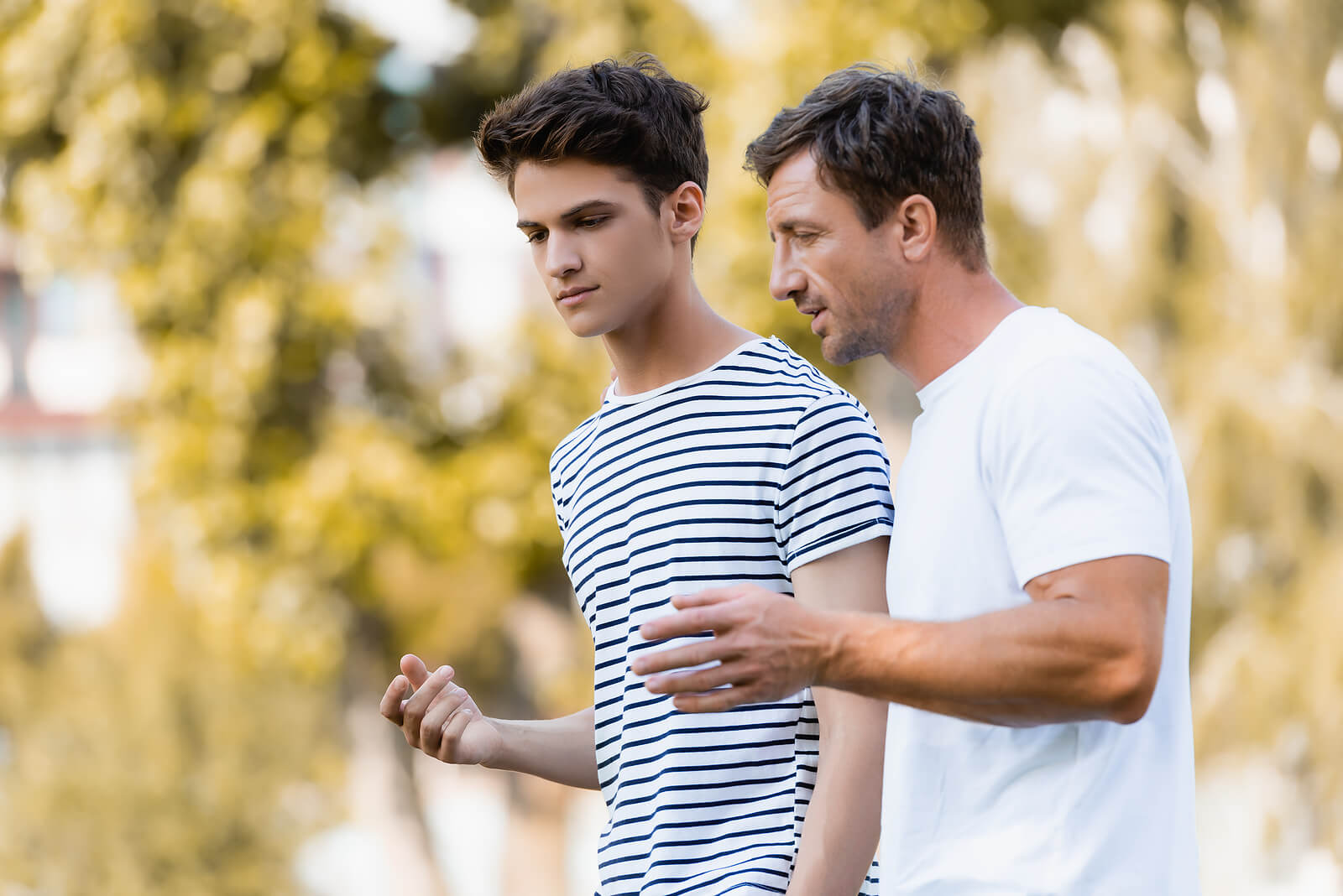 Padre hablando con su hijo para conocerlo mejor.