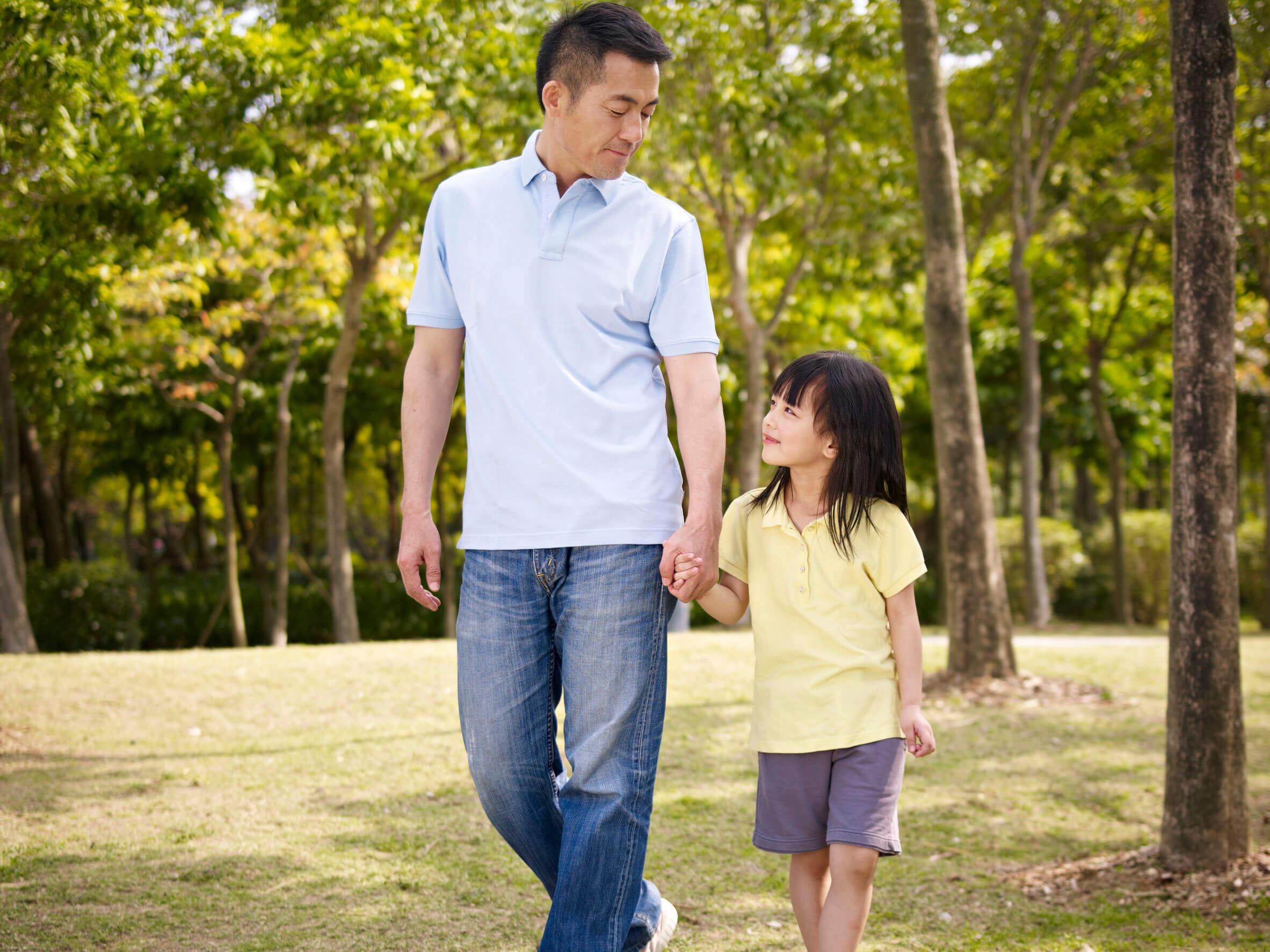 Padre hablando con su hija y contándole la verdad.