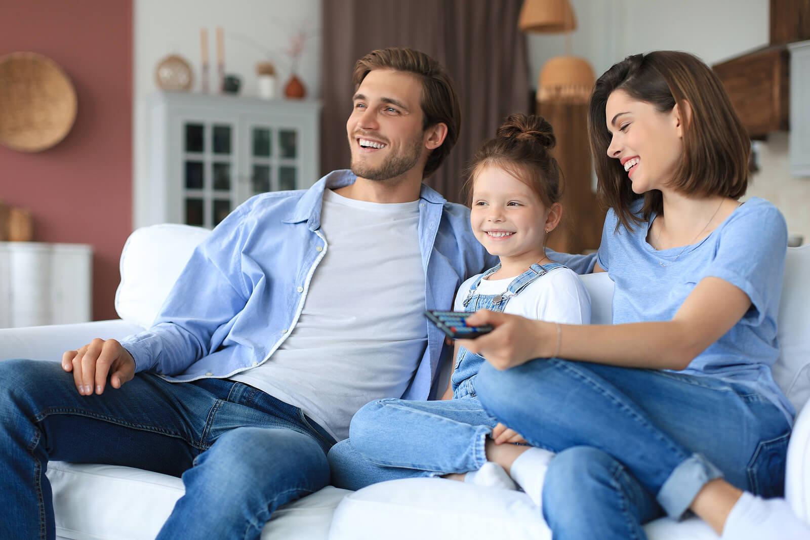 Padre viendo una película con su hija para desarrollar su sentido crítico.