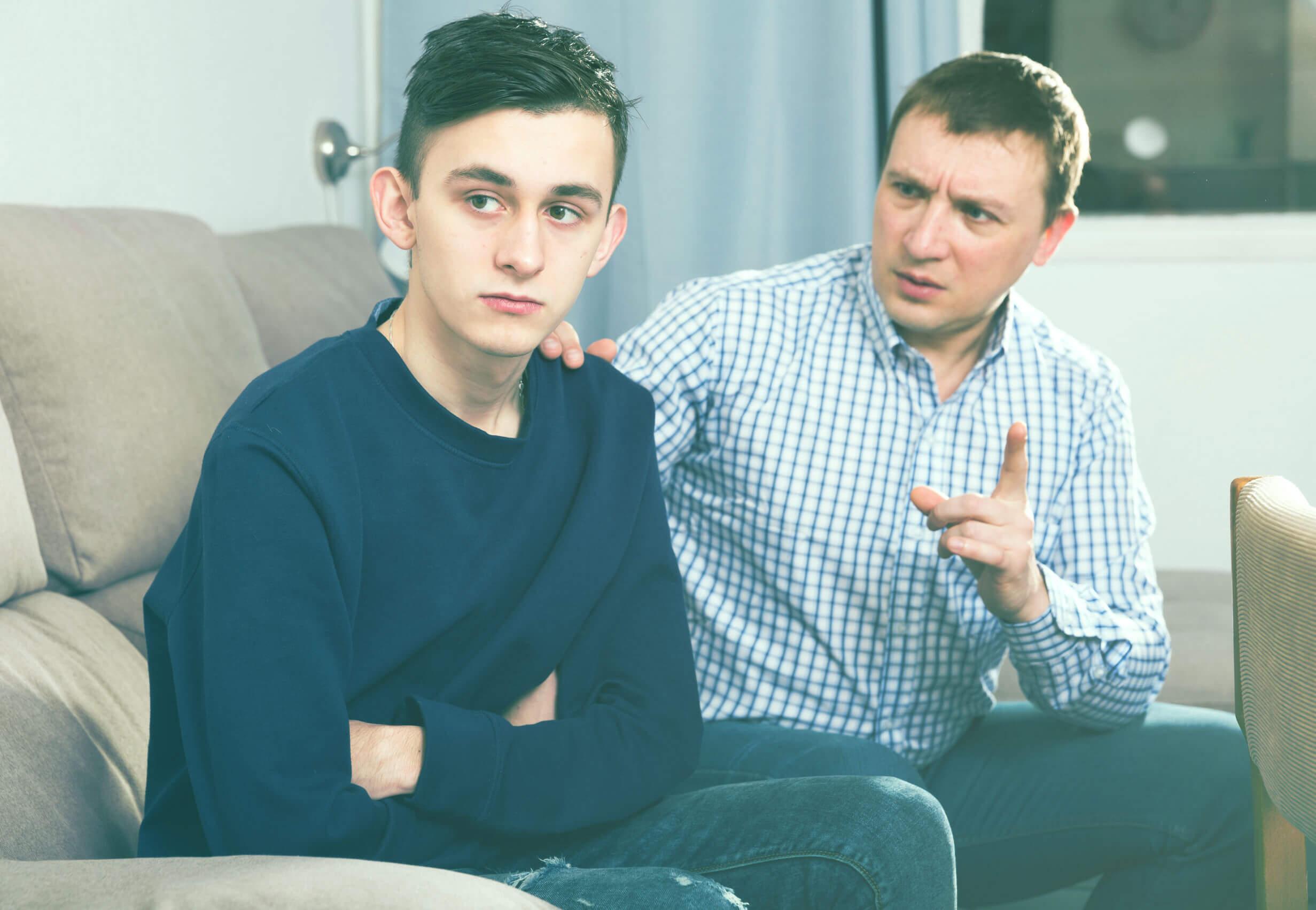 Padre hablando con su hijo sobre los problemas psicológicos en los adolescentes.