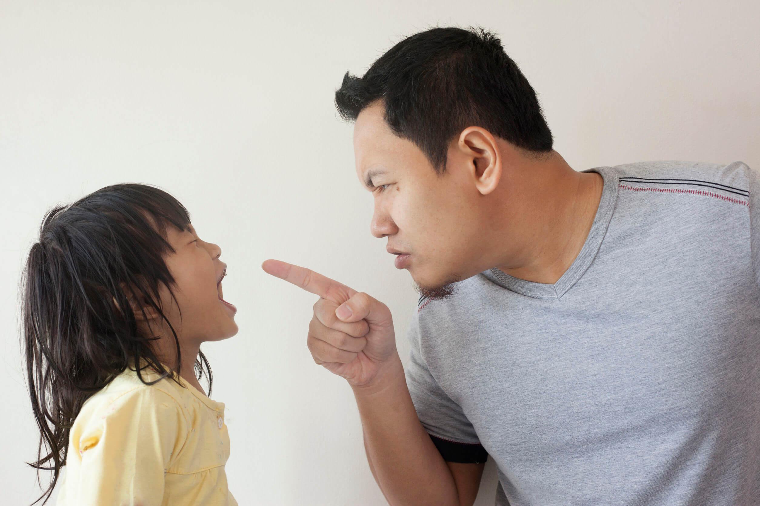 Padre regañando a su hija por sus malas contestaciones.