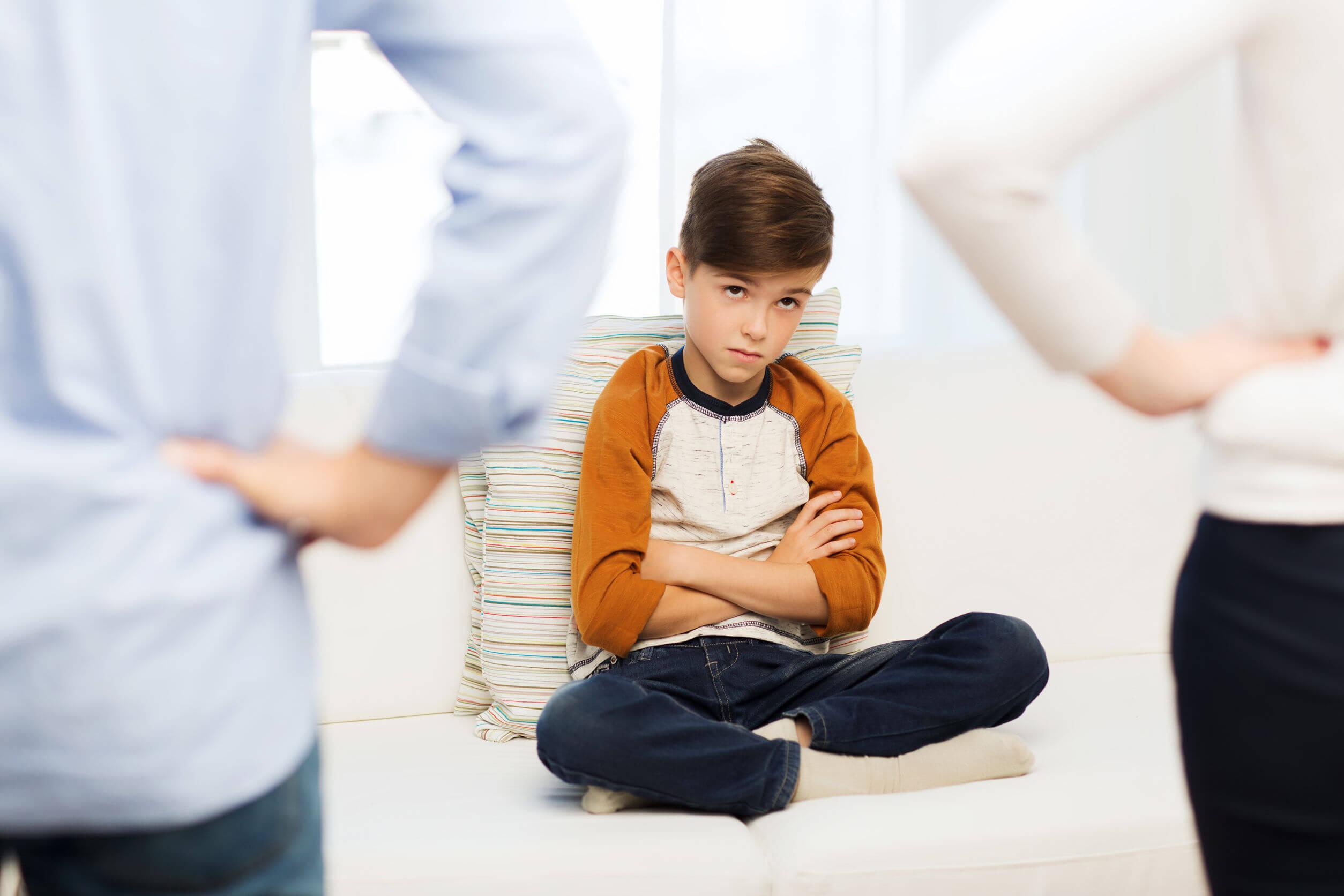Des parents exigeants grondent leur enfant sans perdre leur sang-froid.