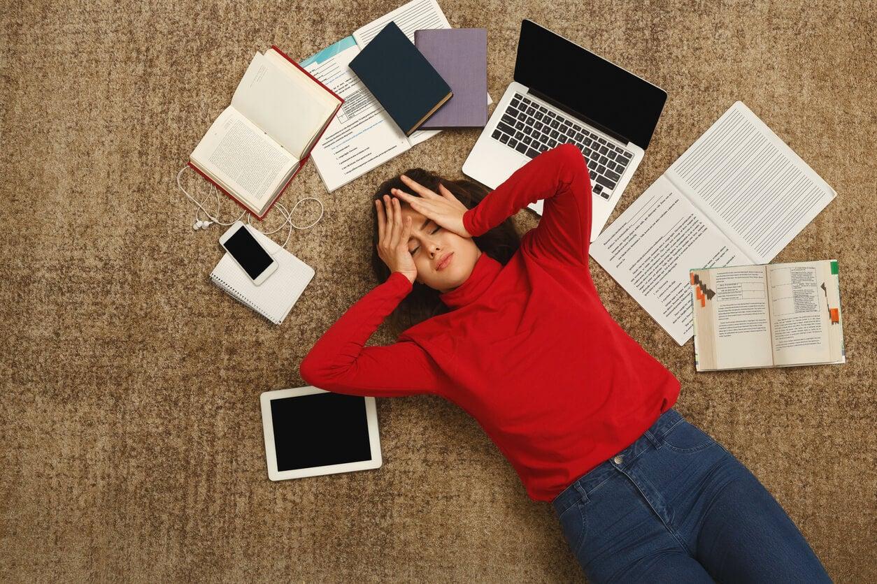 Chica adolescente agobiada porque no conoce las estrategias para un mejor rendimiento en las horas de estudio.