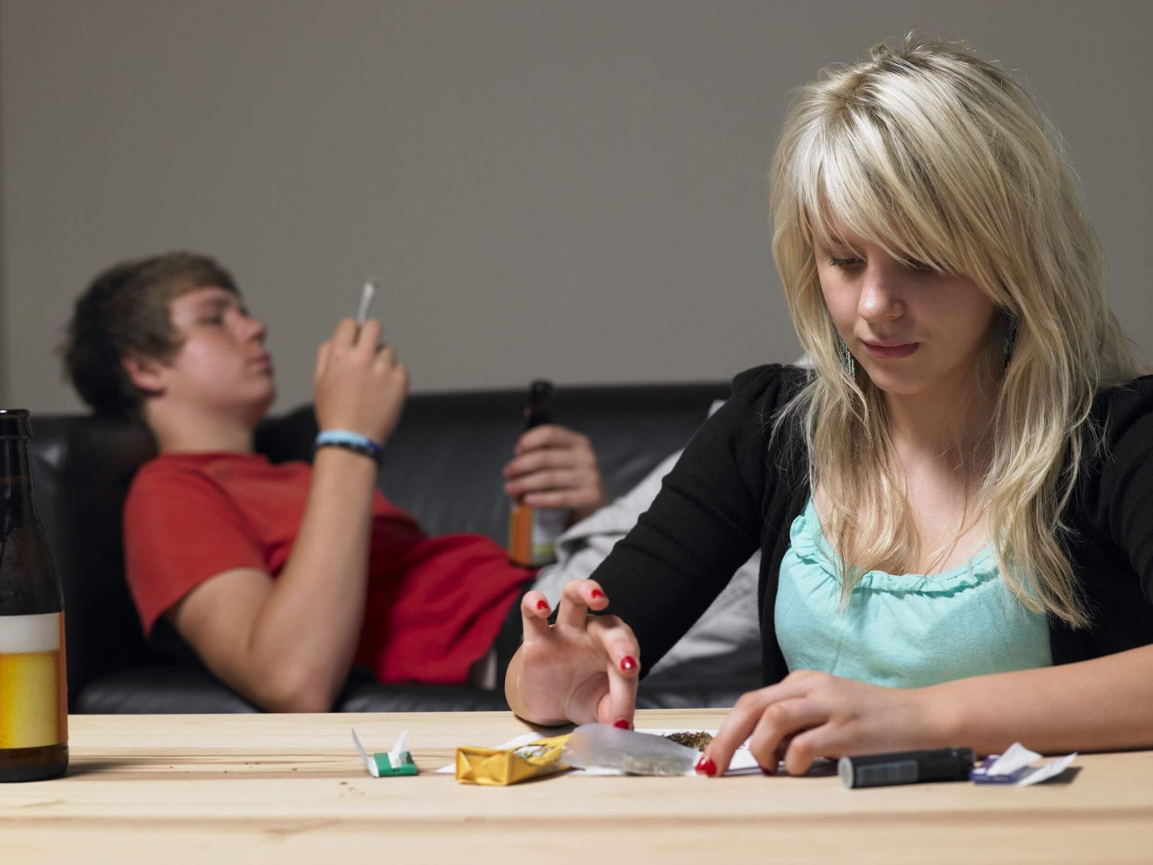 Adolescentes fumando porros.