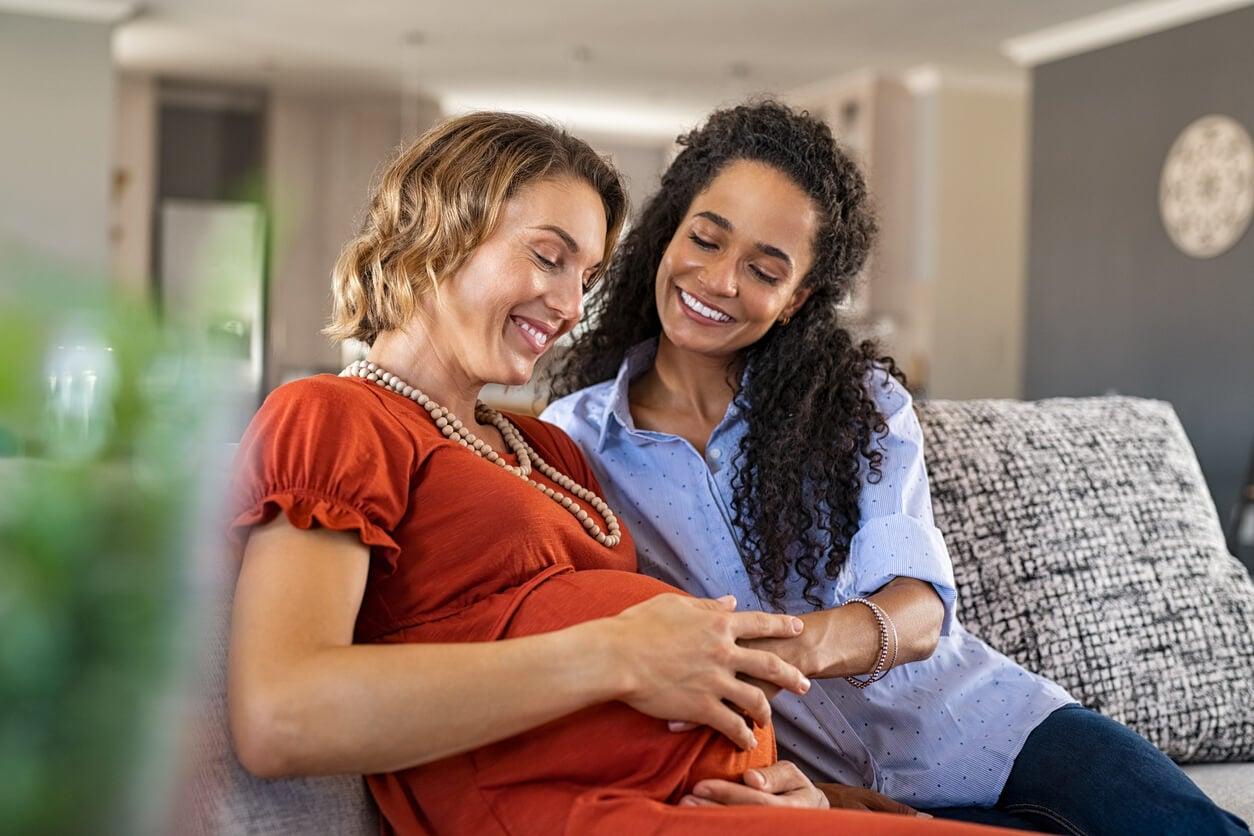 Deux amies dont une femme enceinte.