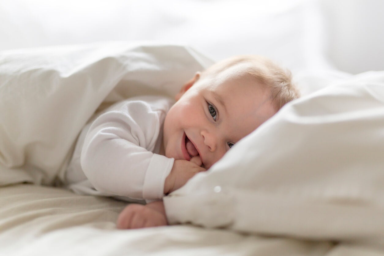 Bebé despierto durante una de las ventanas de sueño.