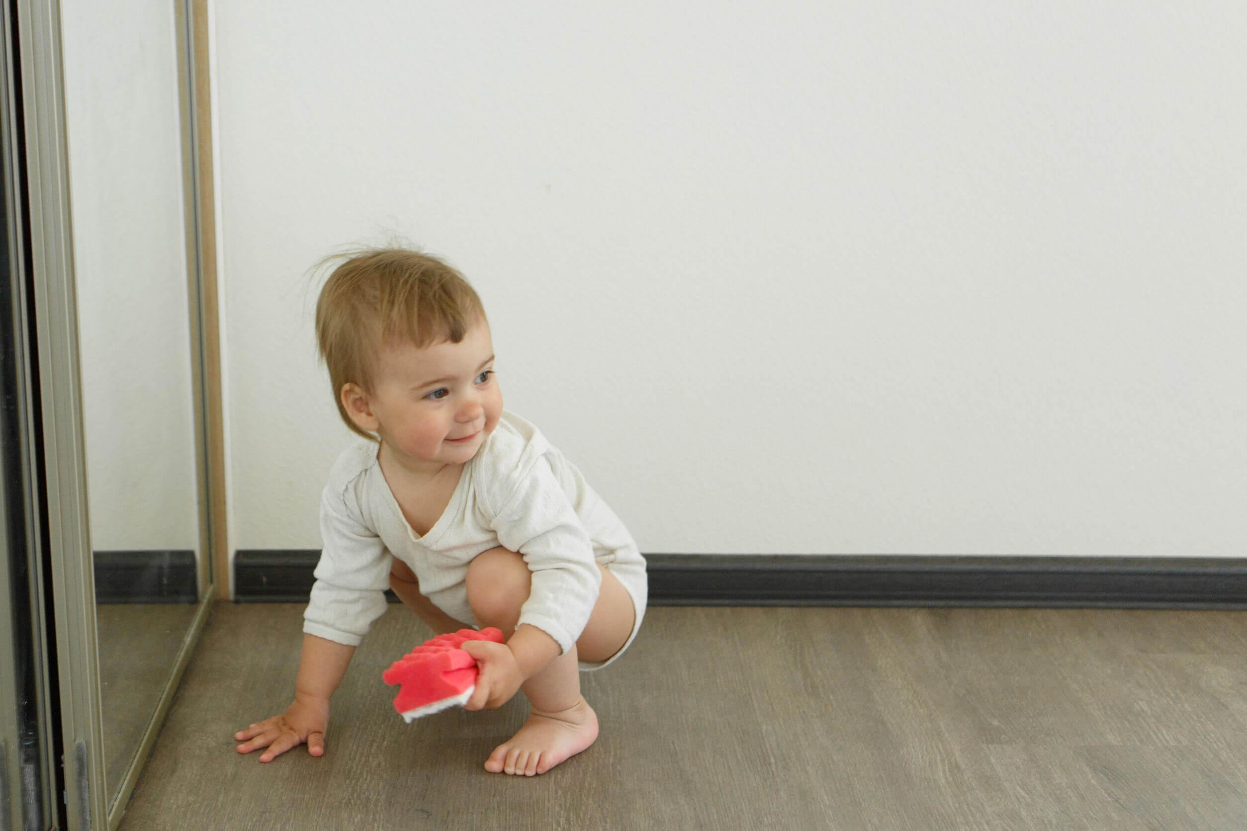 Bebé aprendiendo la importancia del orden en los primeros años.