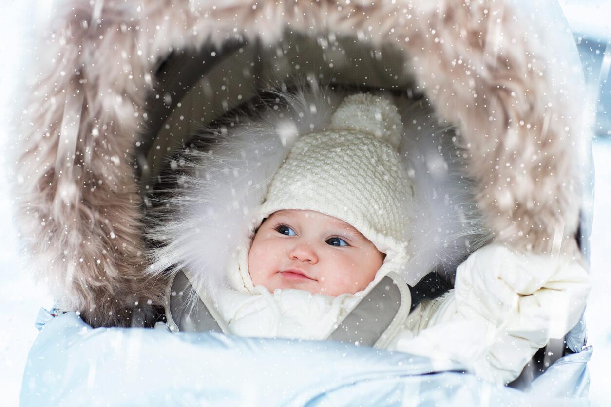 Bebé con ropa de abrigo por el frío.