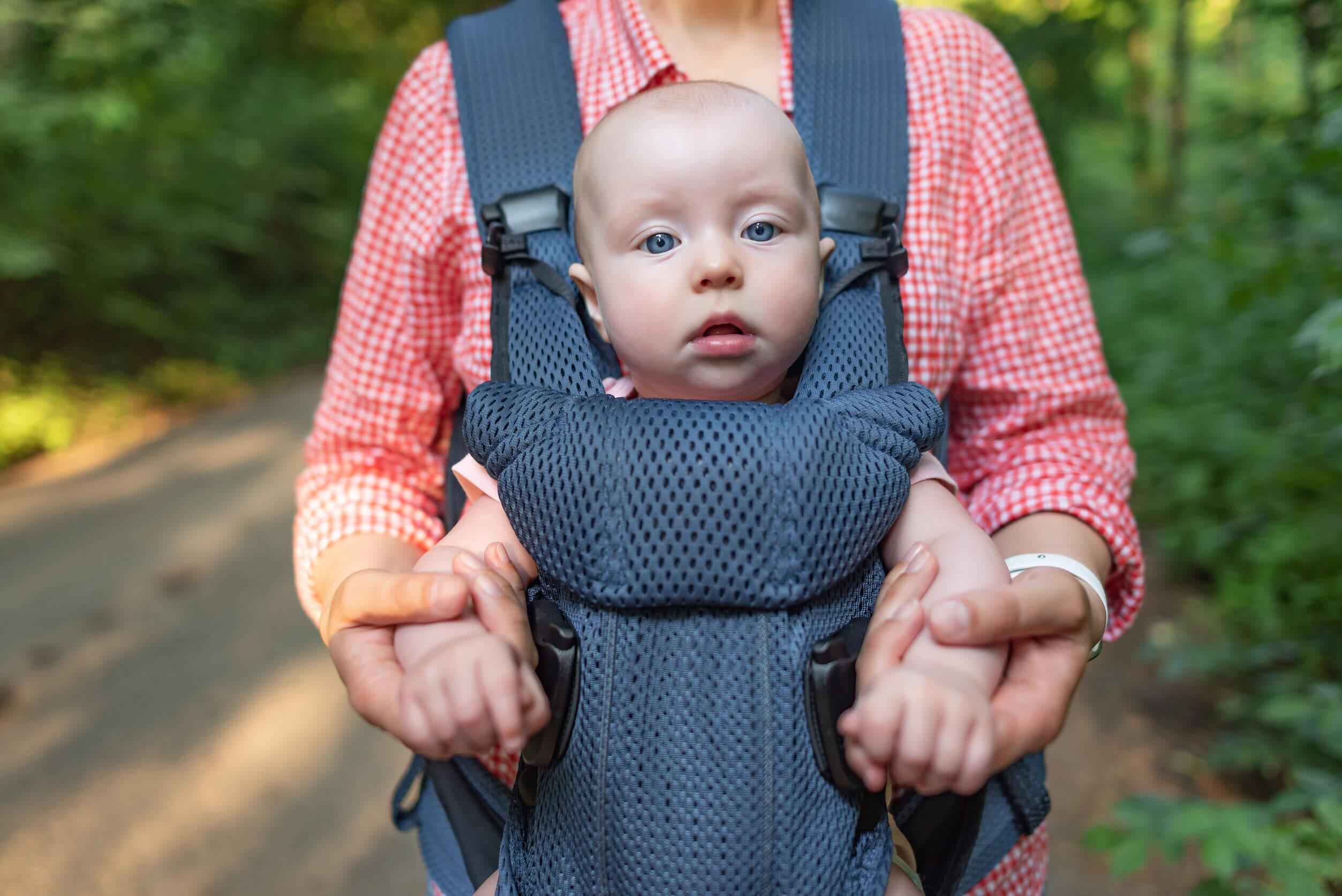 Bebé en una mochila de porteo.