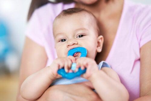 Cómo aliviar el dolor de dientes y encías en el bebé