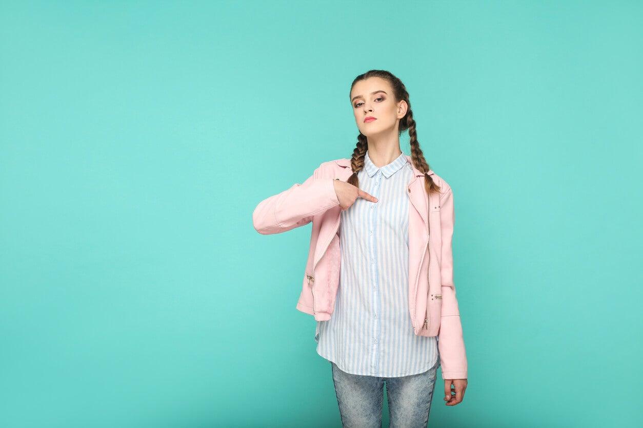 Chica adolescente aprendiendo a aumentar la confianza y evitar la ansiedad.