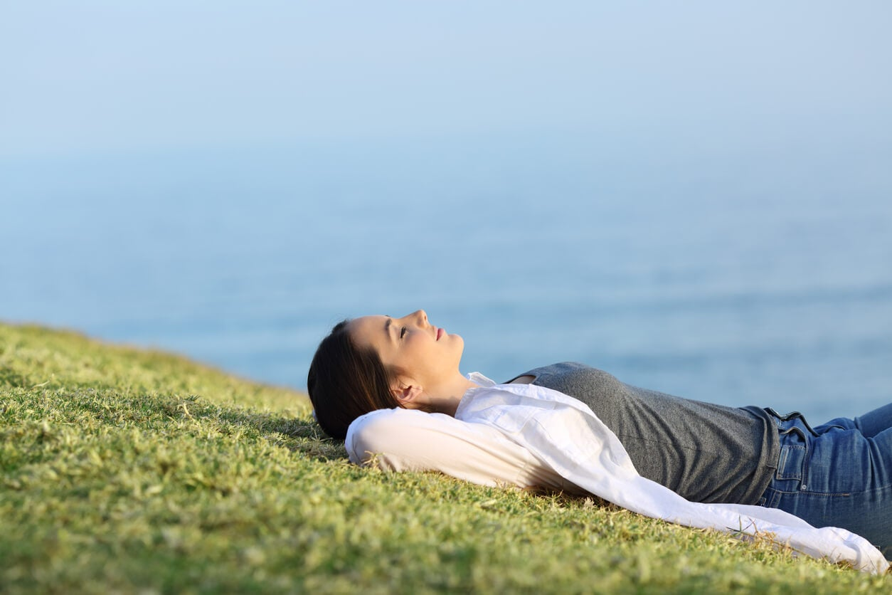 Chica adolescente practicando mindfulness en la naturaleza.