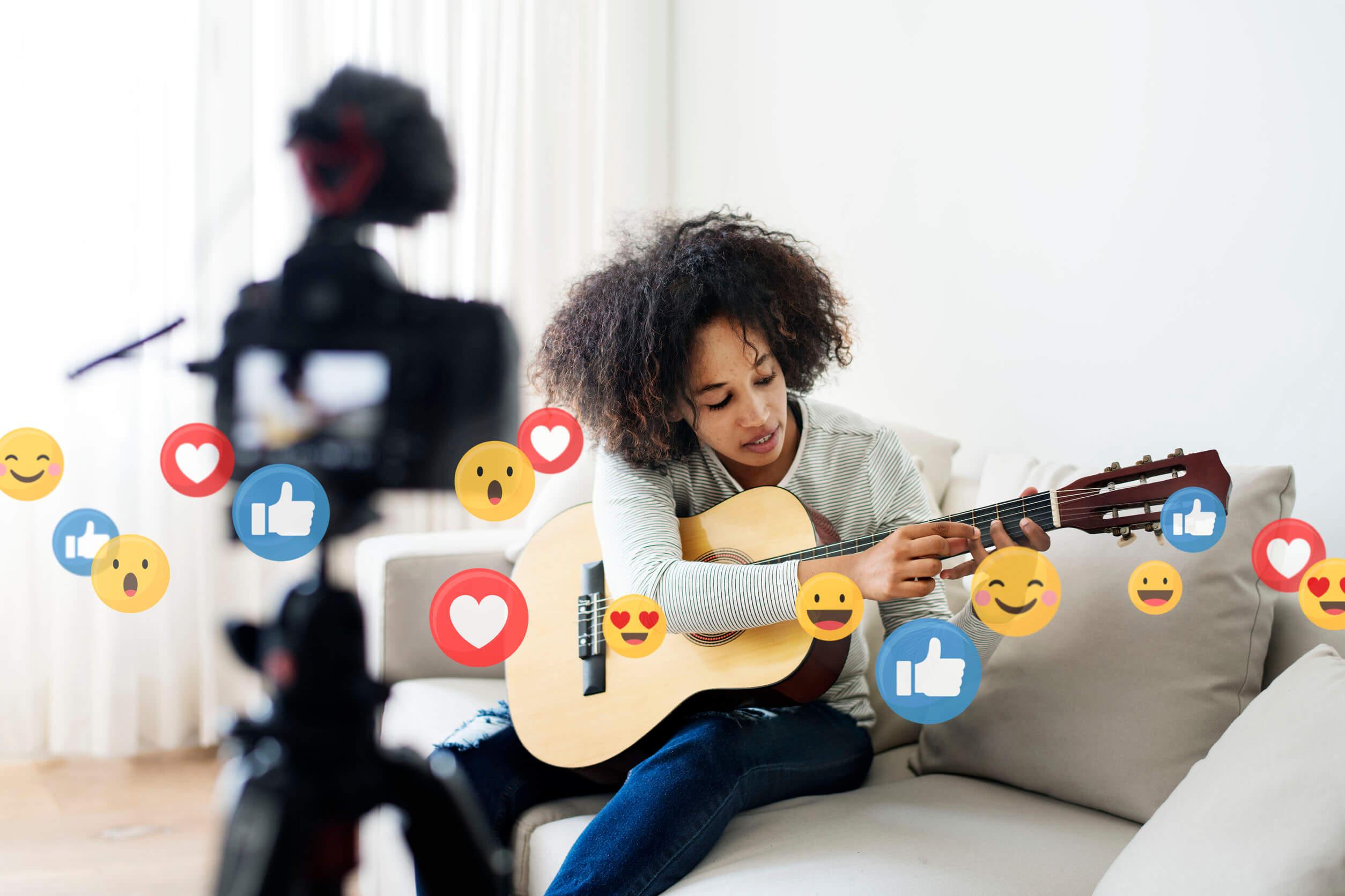 Una de las mejores edutubers para niños enseñando a tocar la guitarra en su canal.