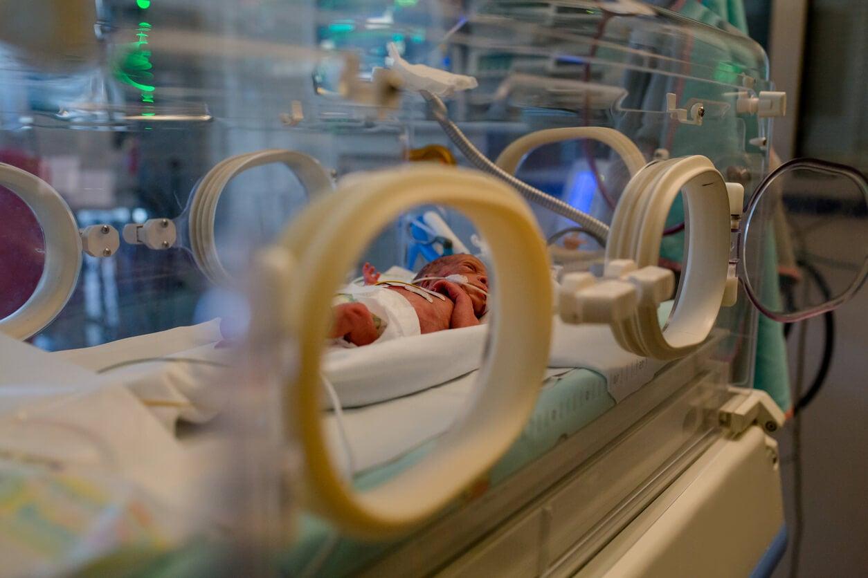 Bebé prematuro en la incubadora.