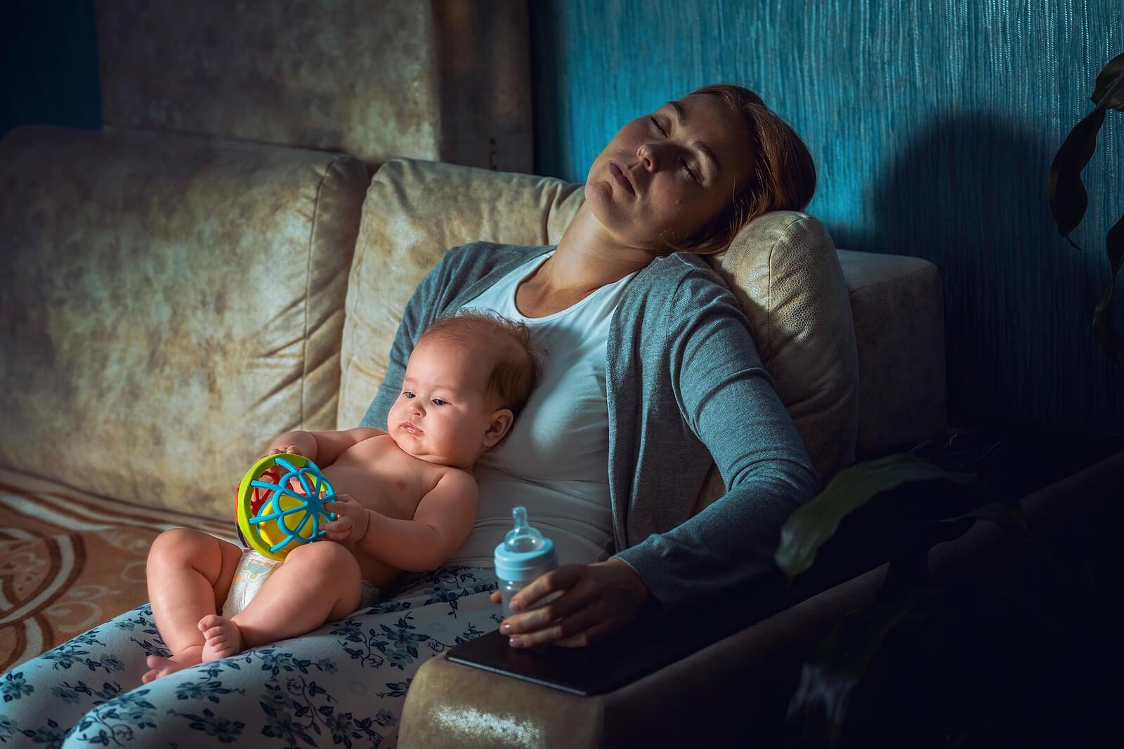 Mère épuisée avec son fils dans ses bras car elle n'a pas appris à déléguer.
