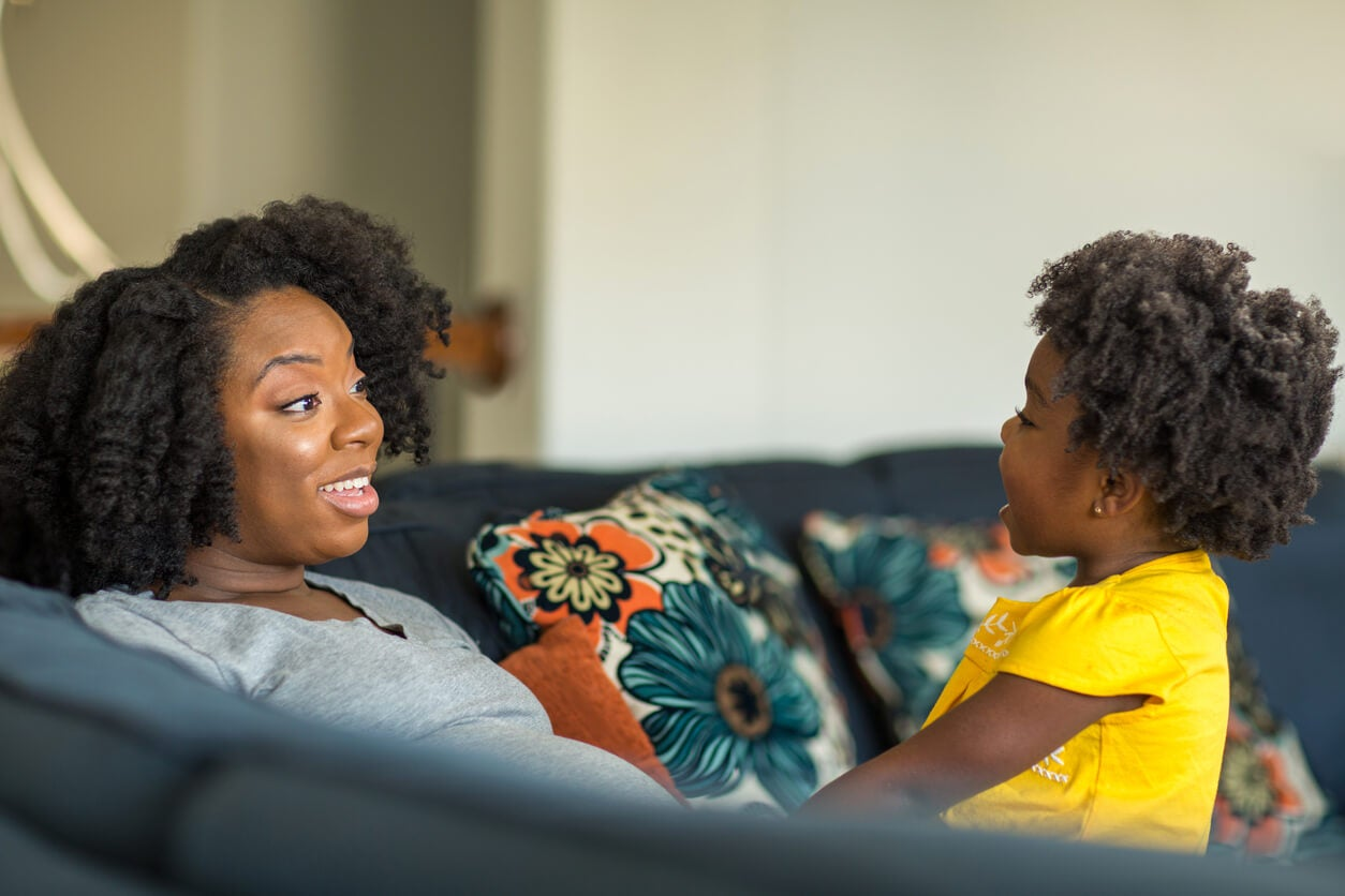 Mère et fille parlant.